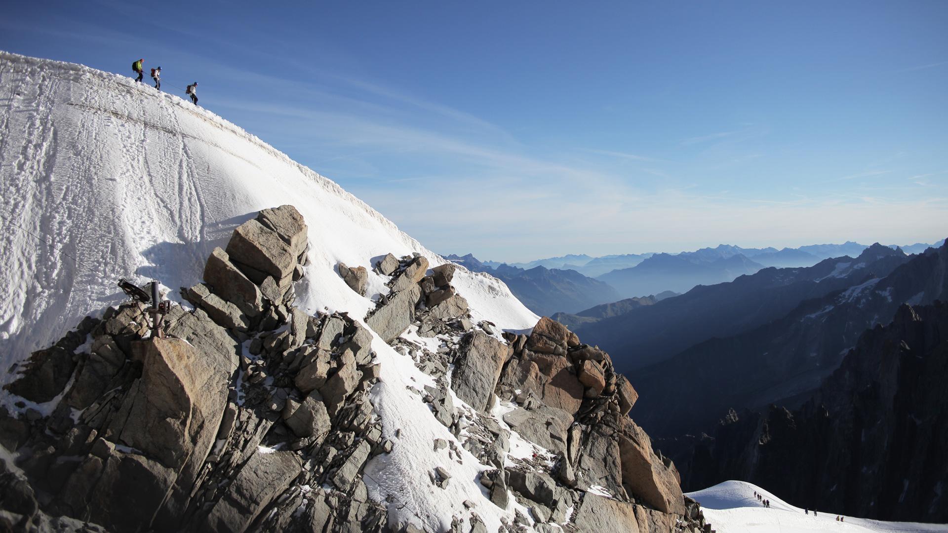 Альпинисты в заснеженных горах