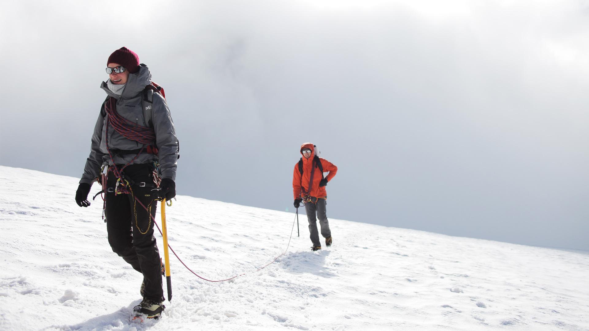 Альпинисты на вершине горы