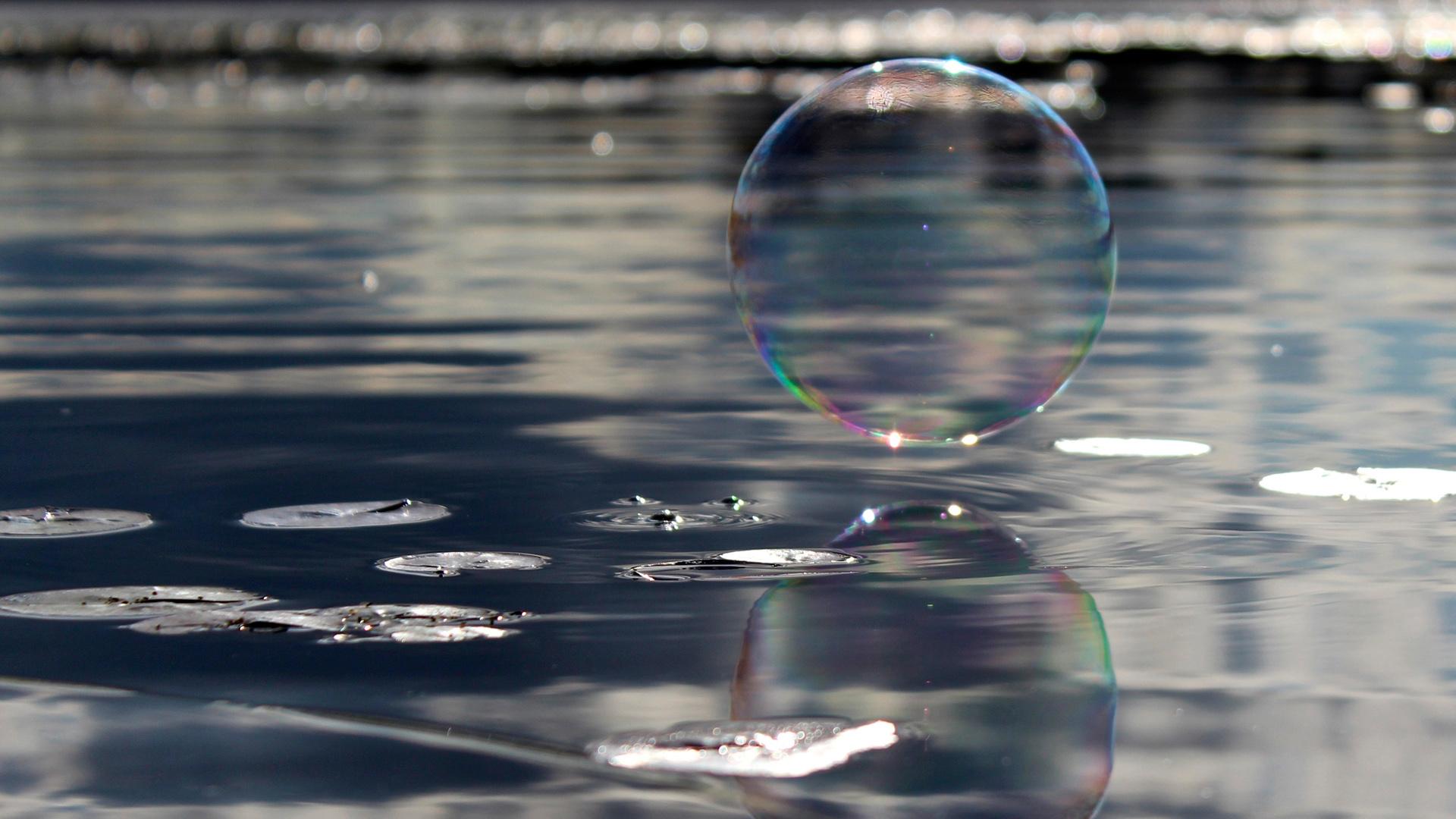 Мыльный пузырь над водой