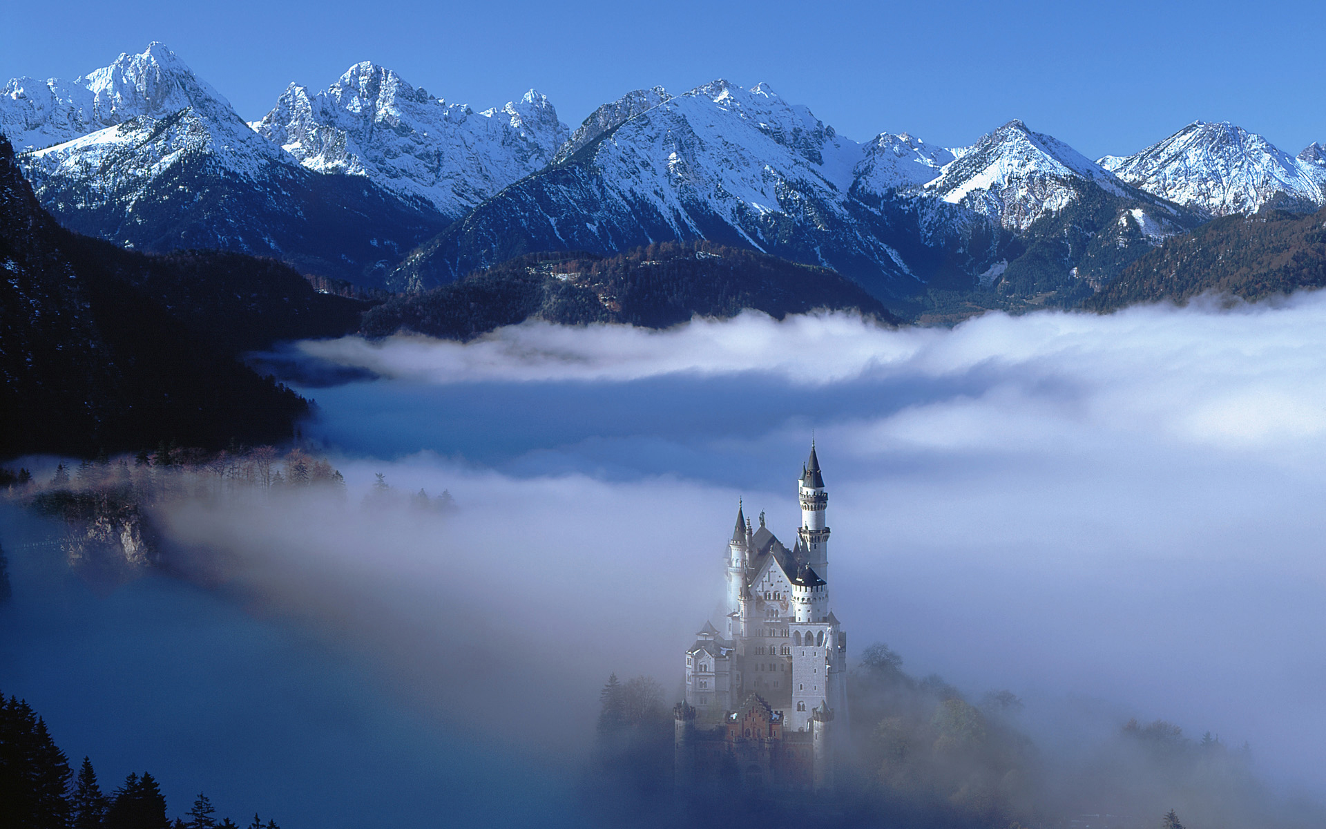 Одинокий замок в горах