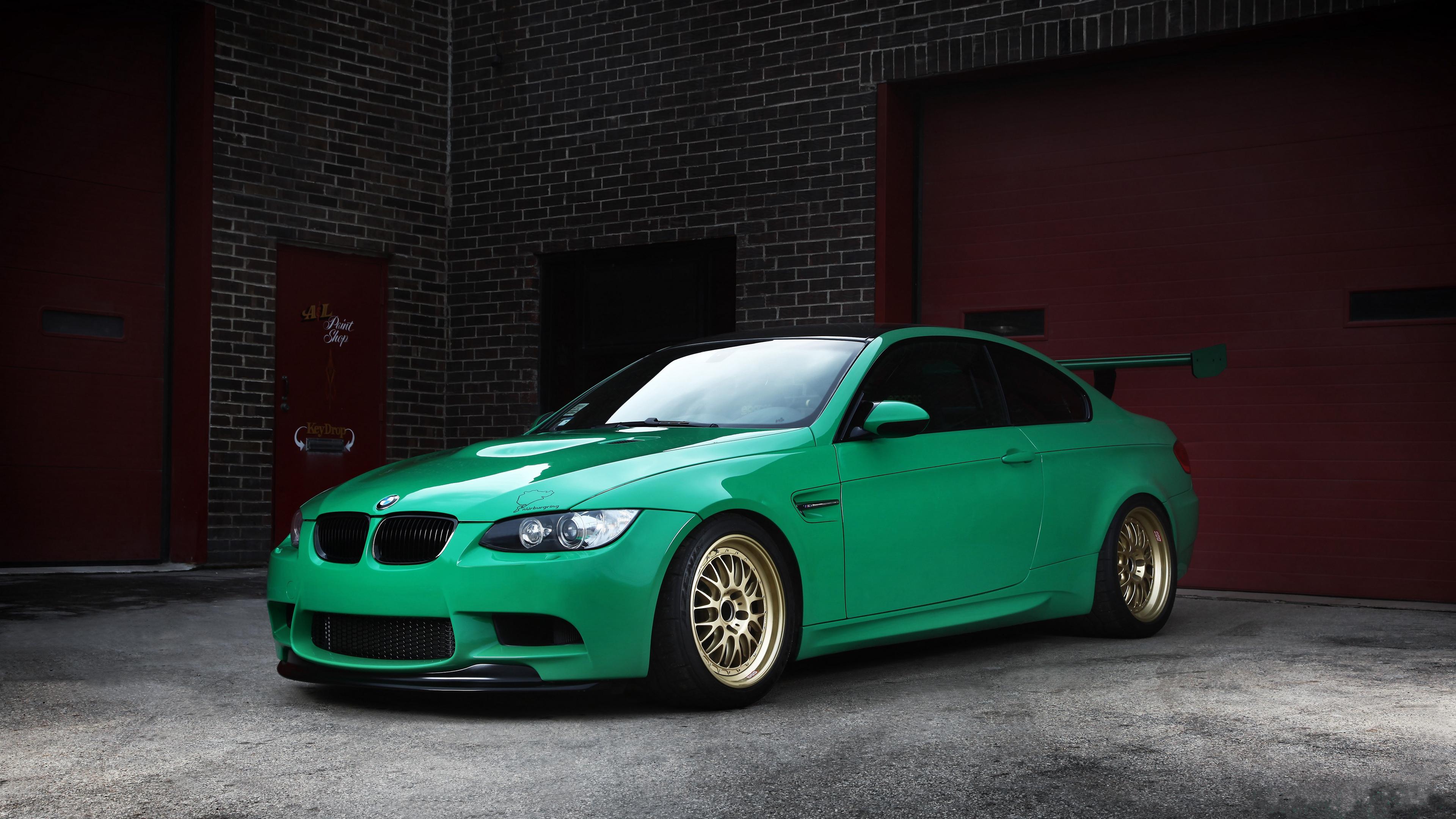 Зеленая спортивная BMW