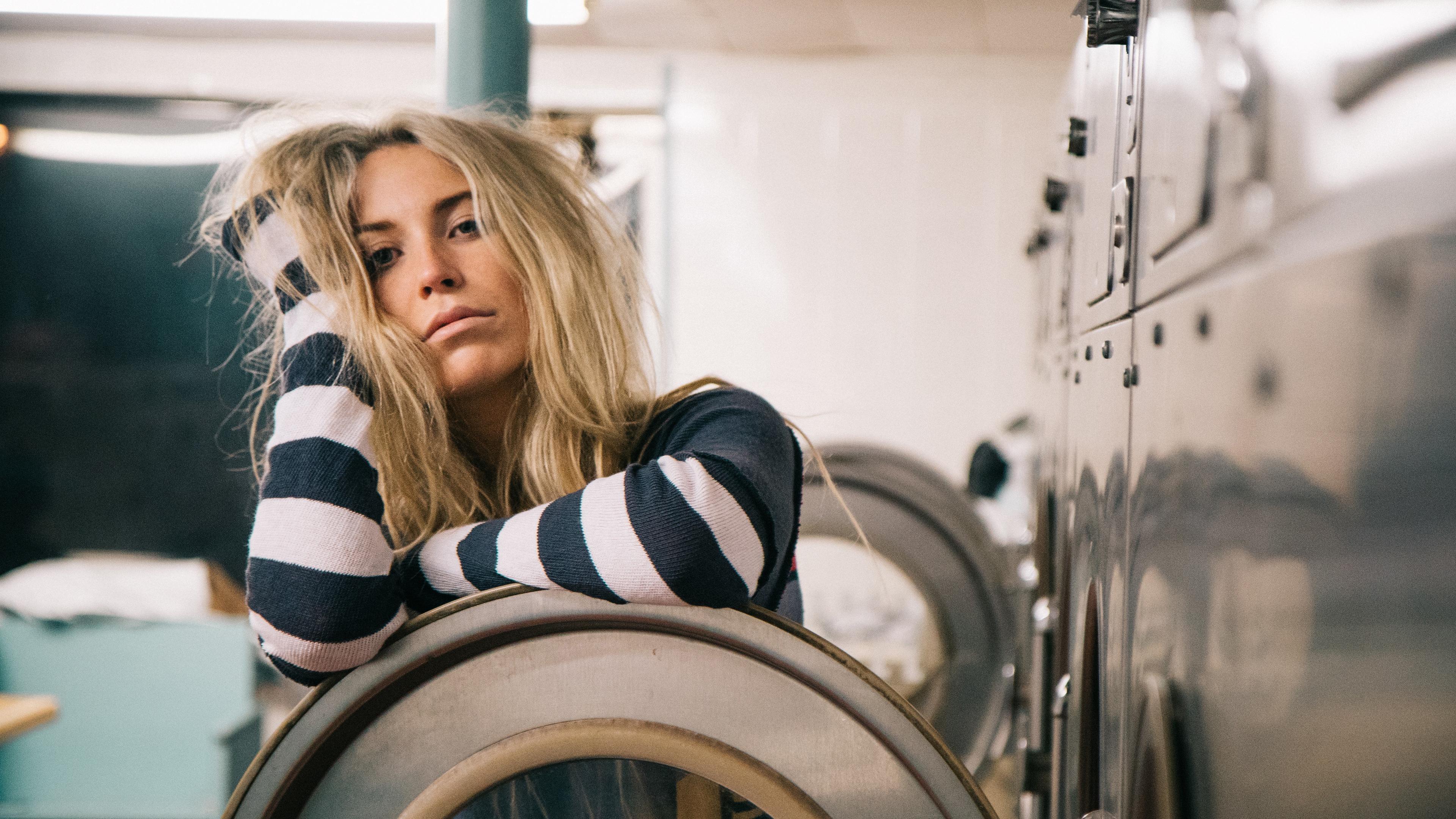 Блондинка и стиральная машина