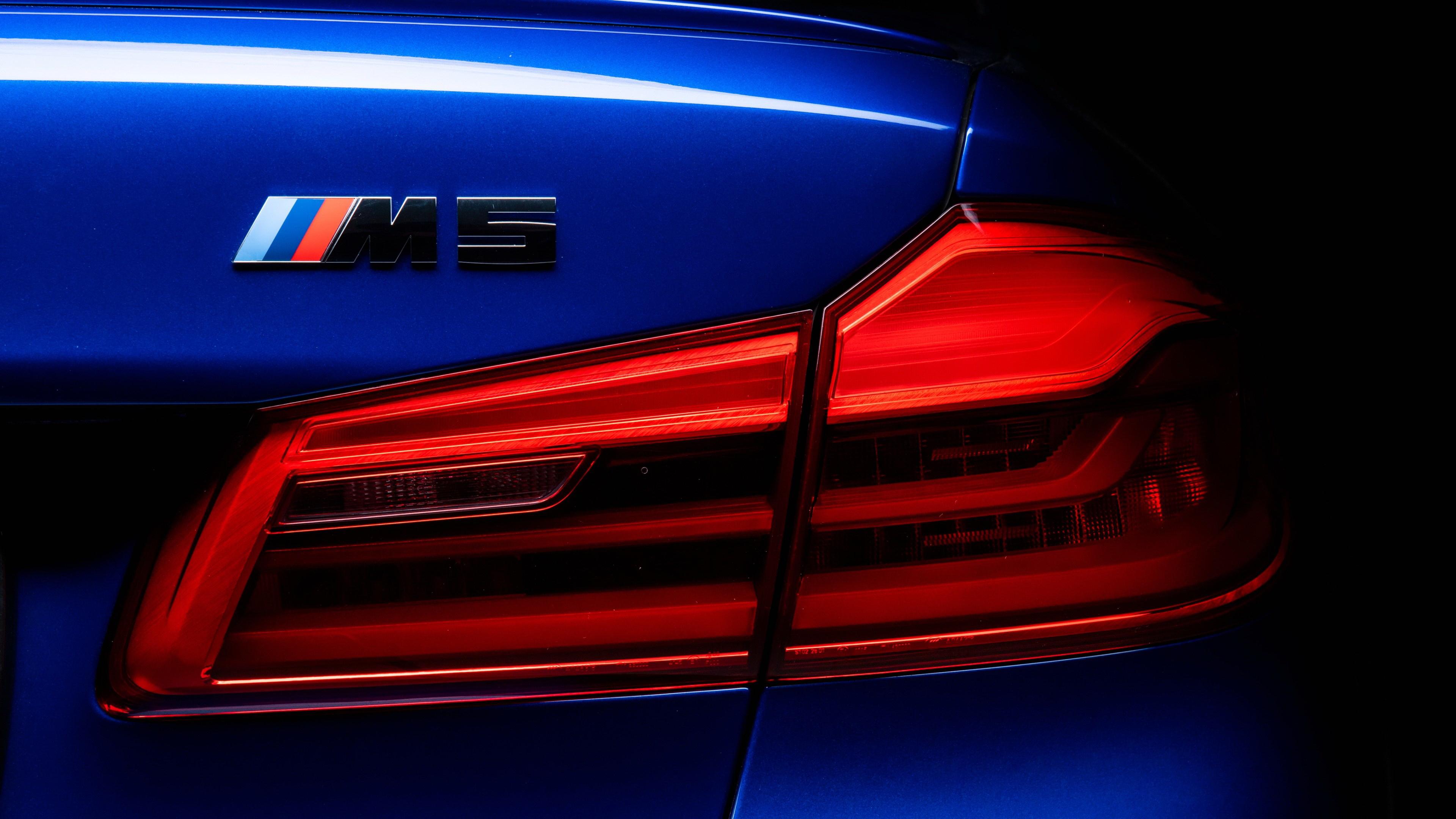 Фиолетовый автомобиль BMW M5