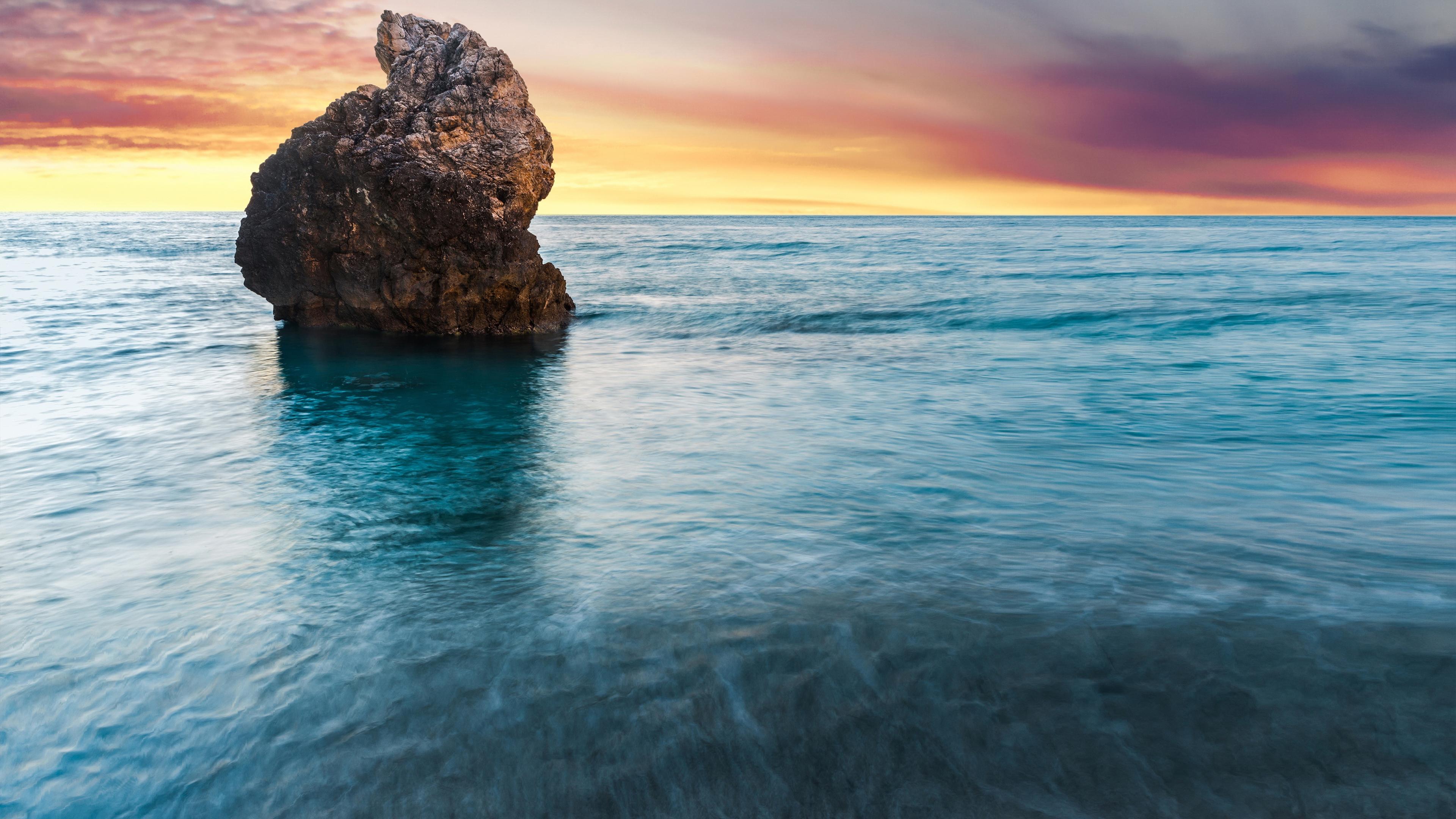 Скала в океане