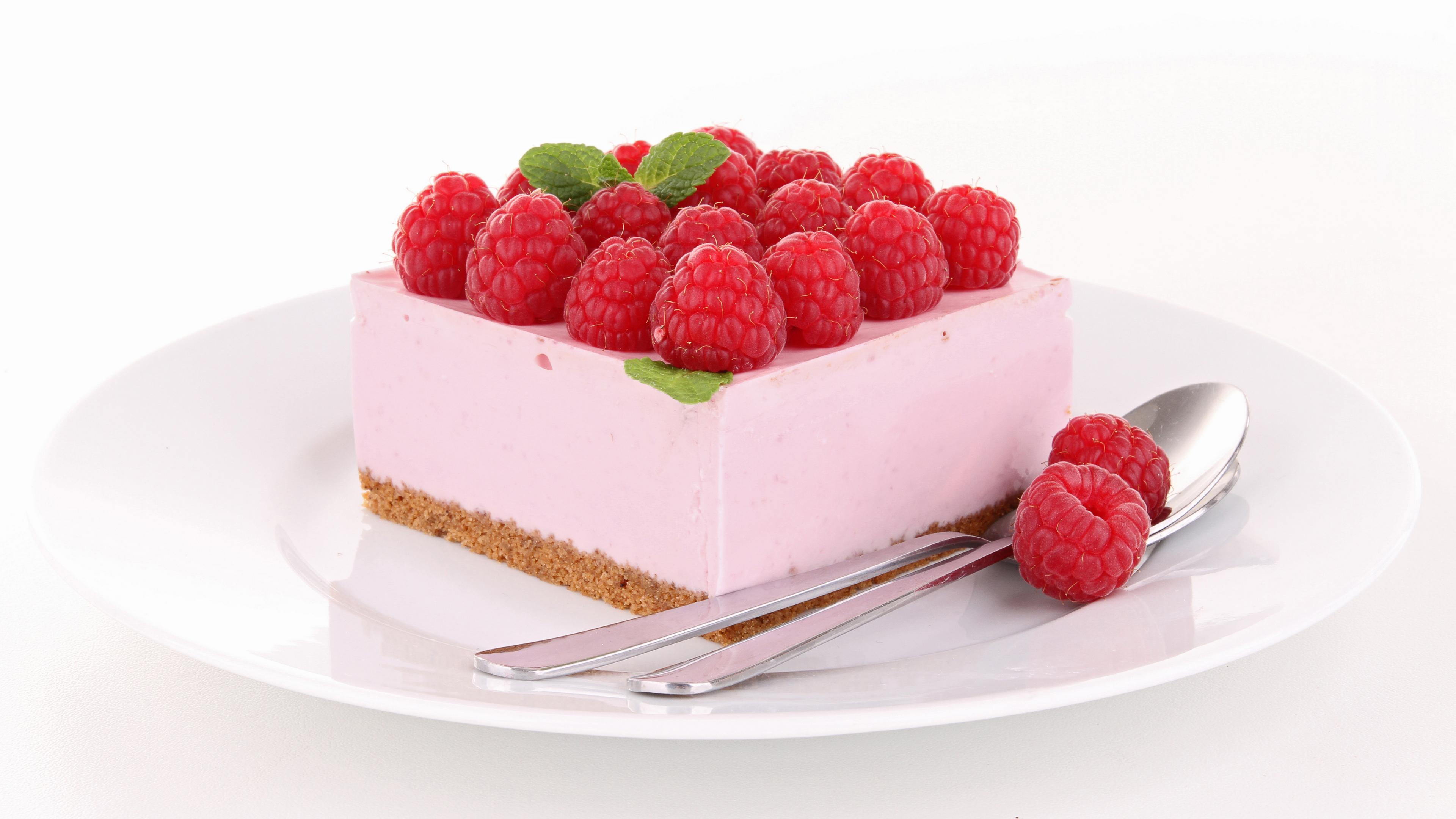 Пирожное с малиной