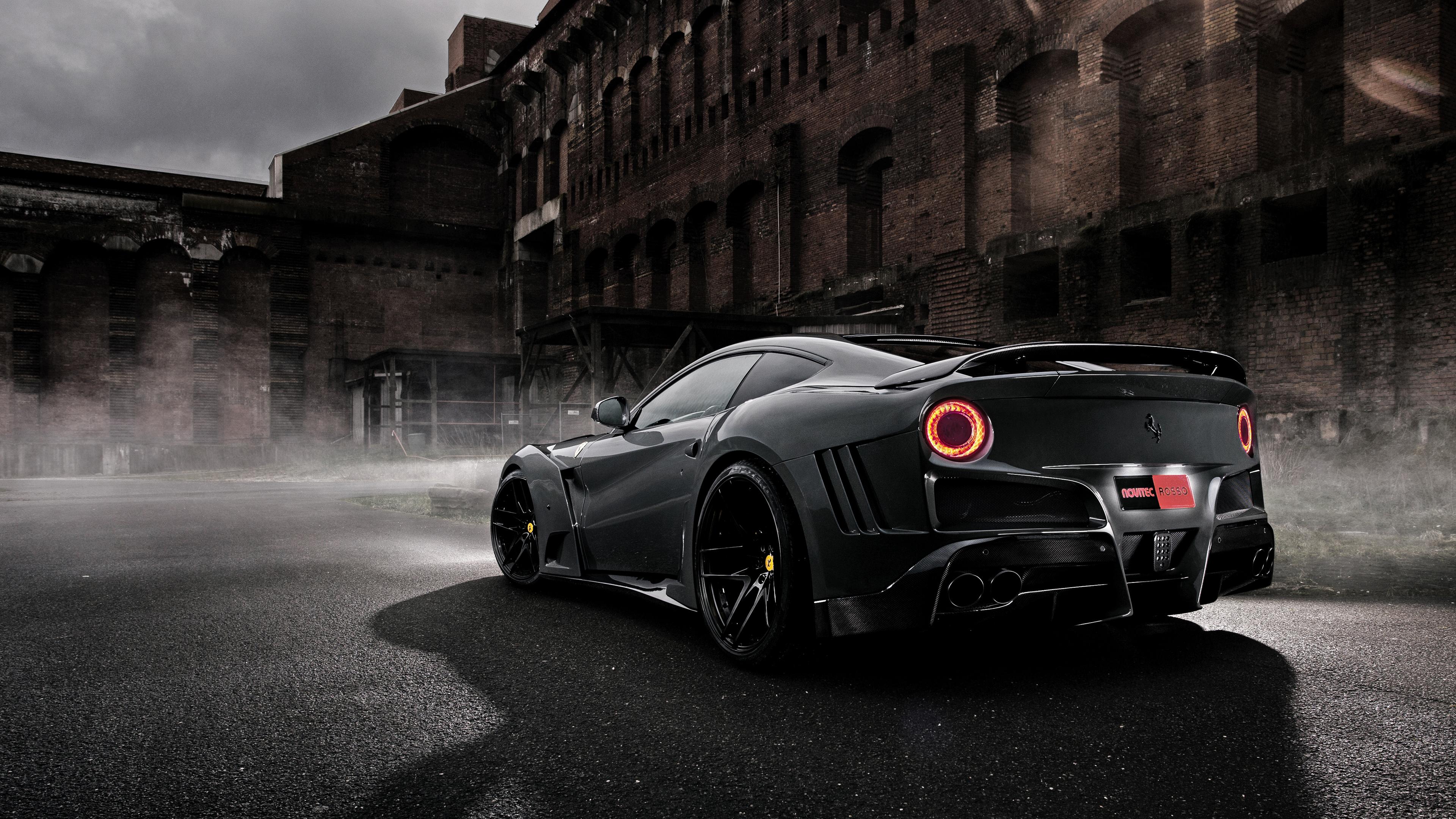 Серый блестящий автомобиль