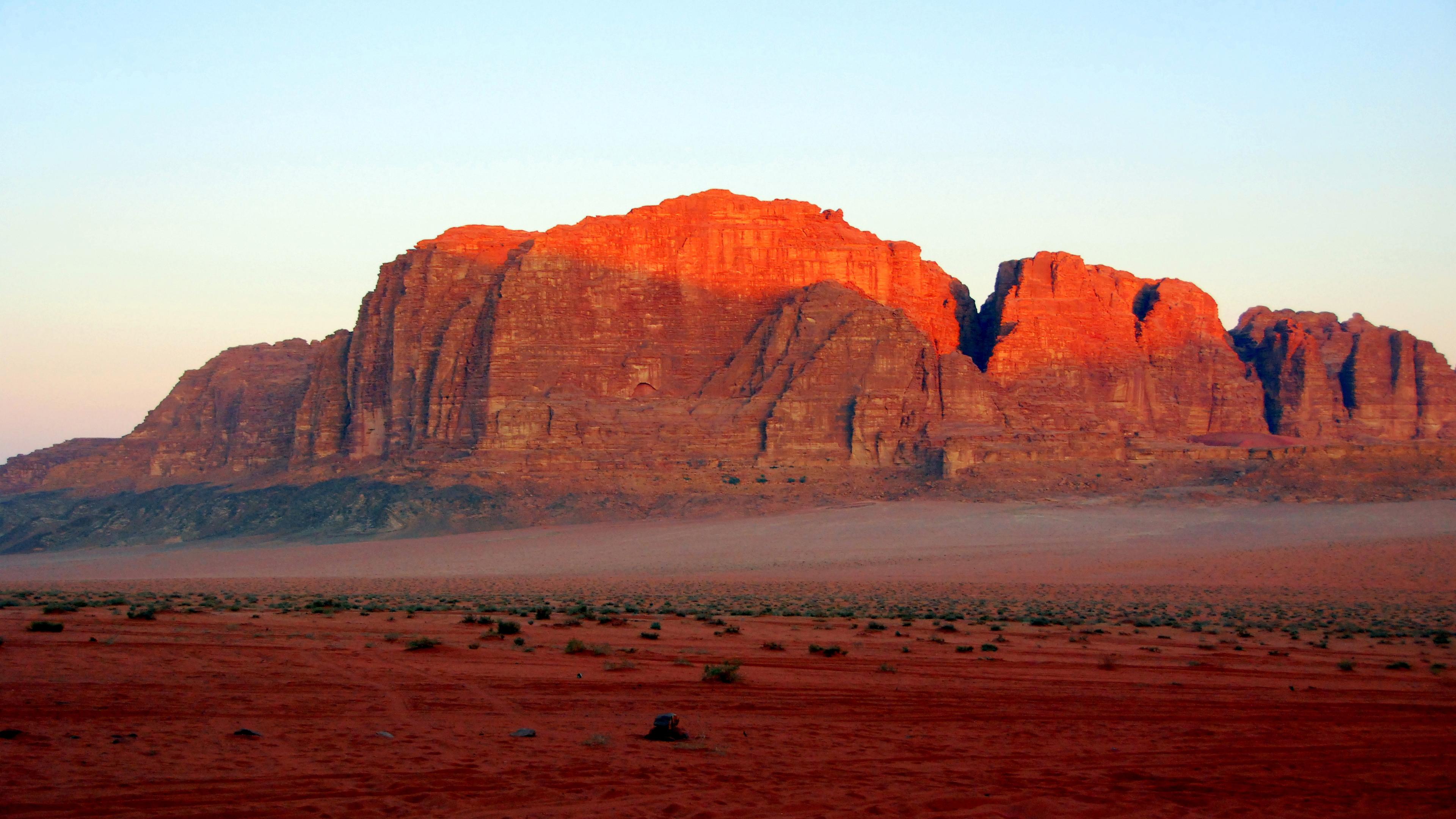 Горы красно-коричневые