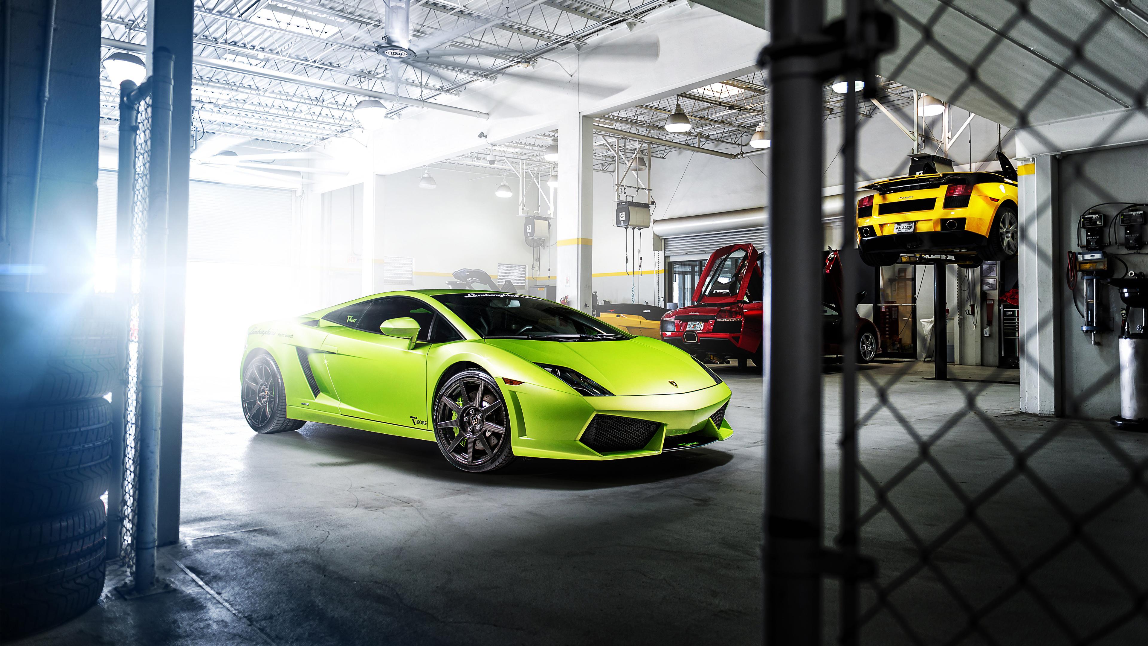 Ярко-зеленый автомобиль