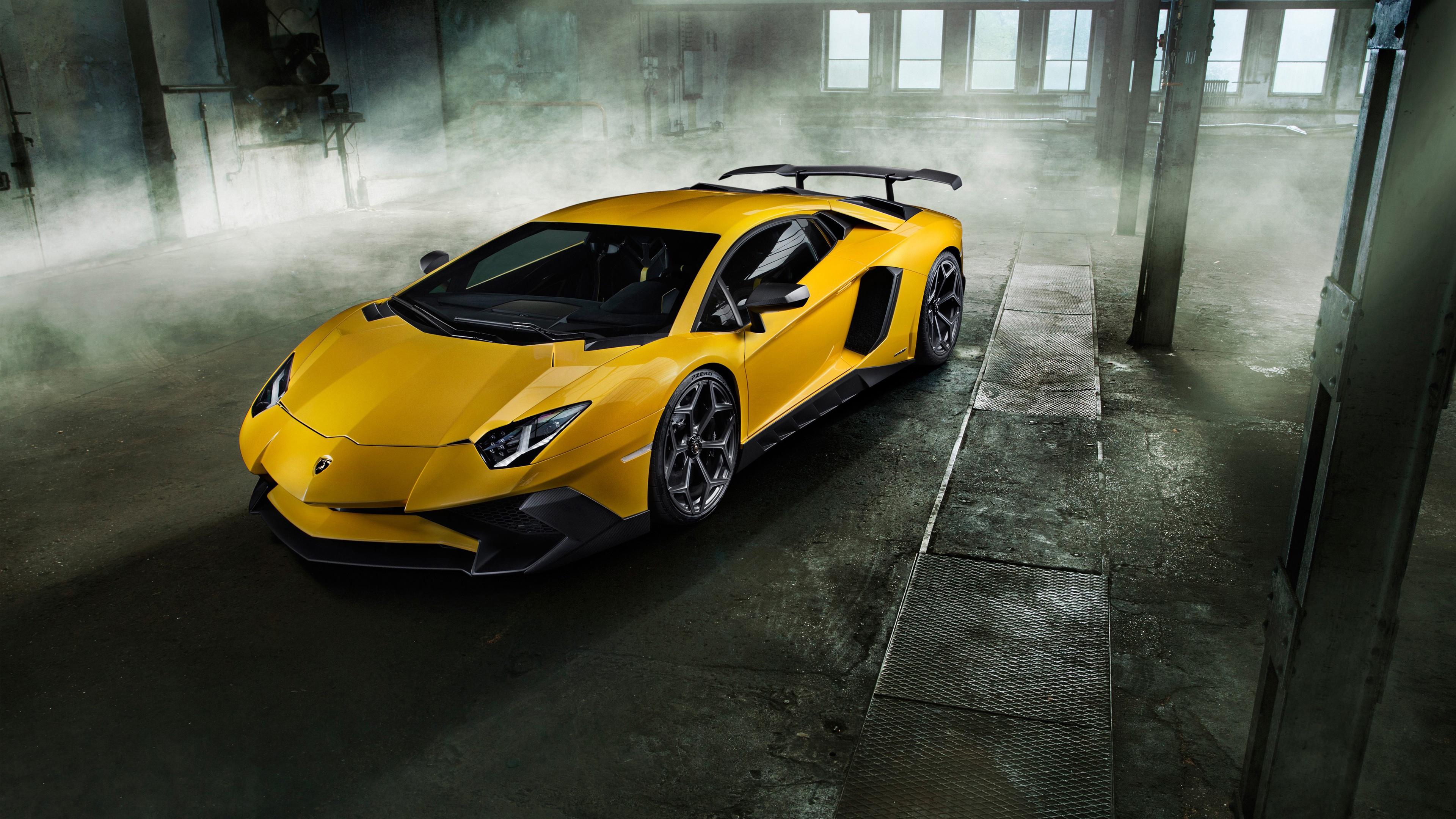 Спортивный желтый автомобиль