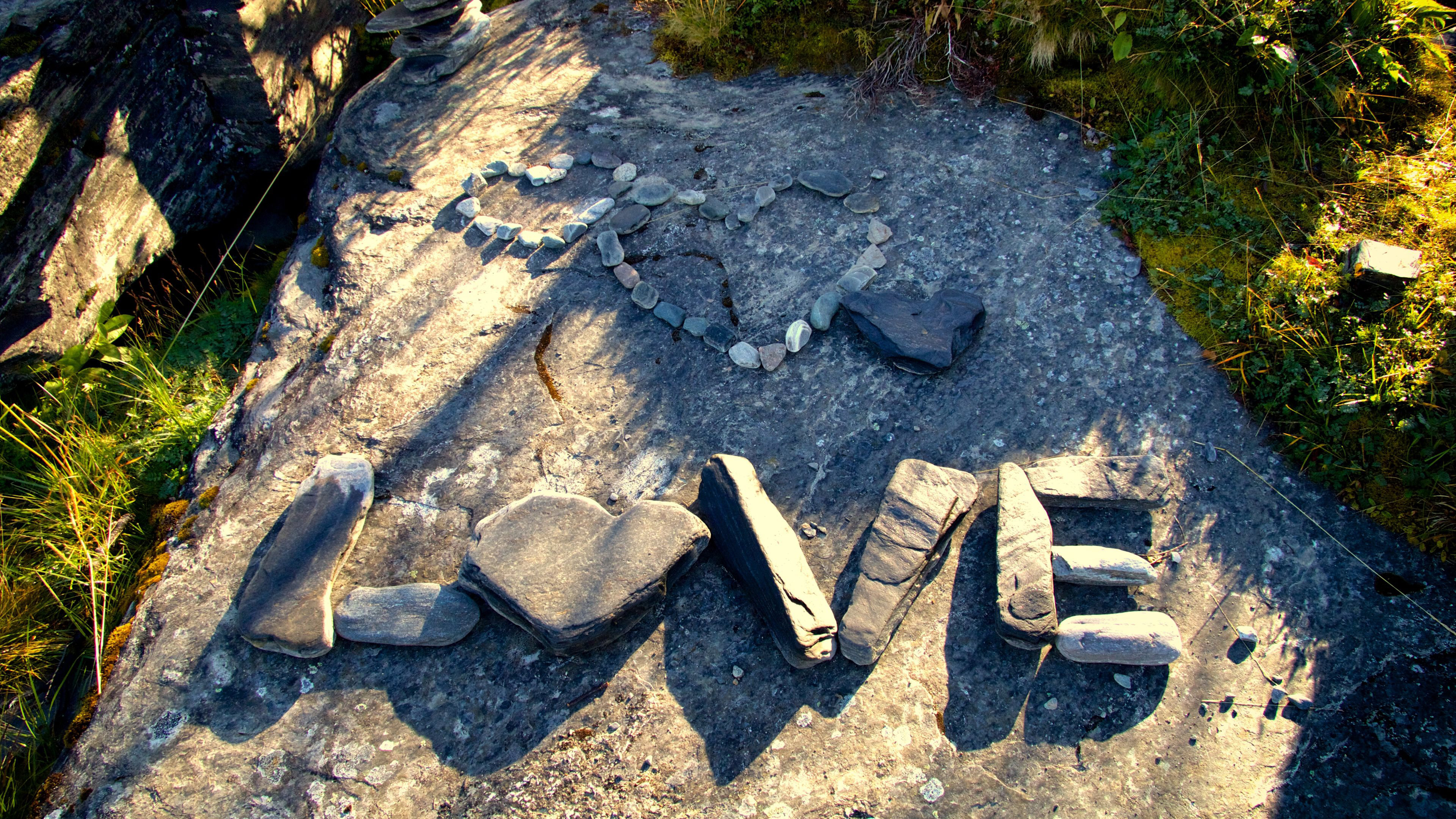 Надпись из камней