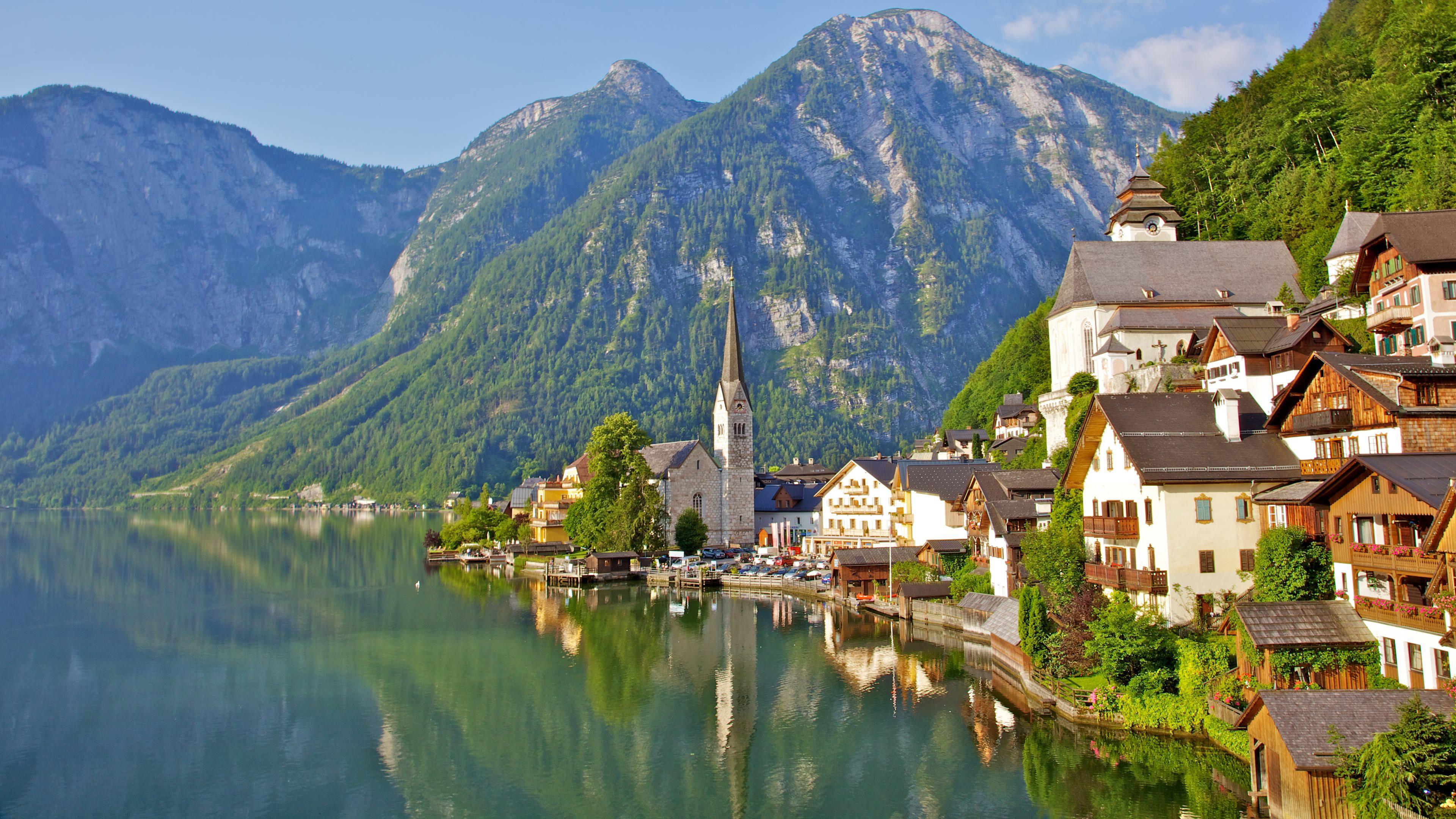 Зеленые горы у озера