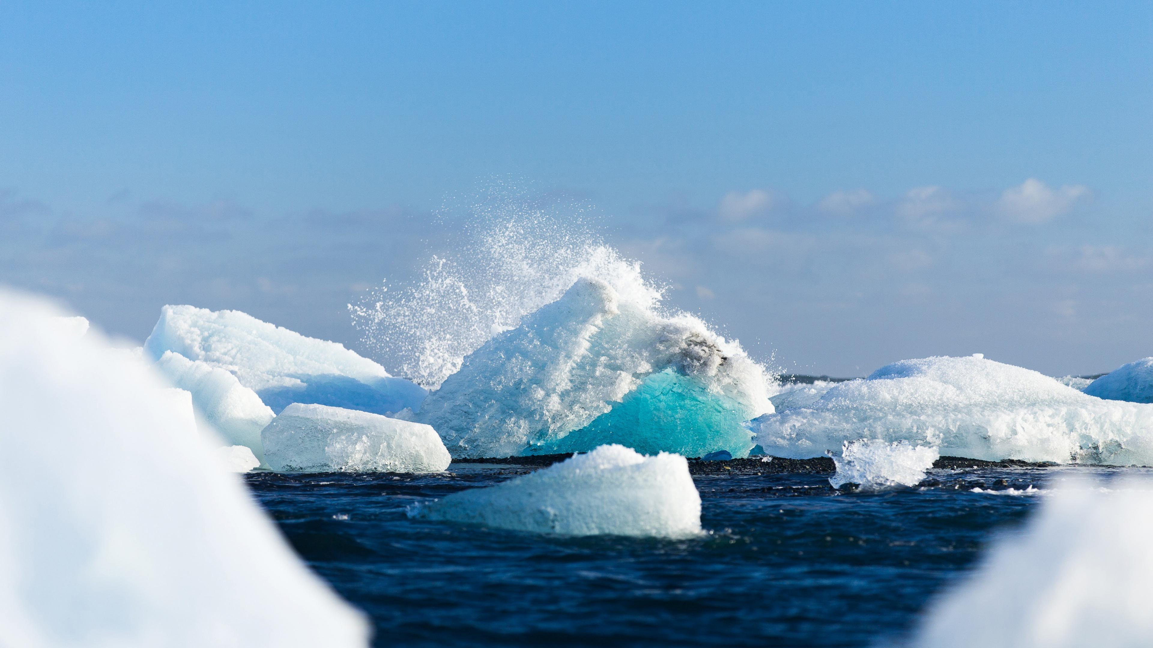 Ледяные глыбы в океане