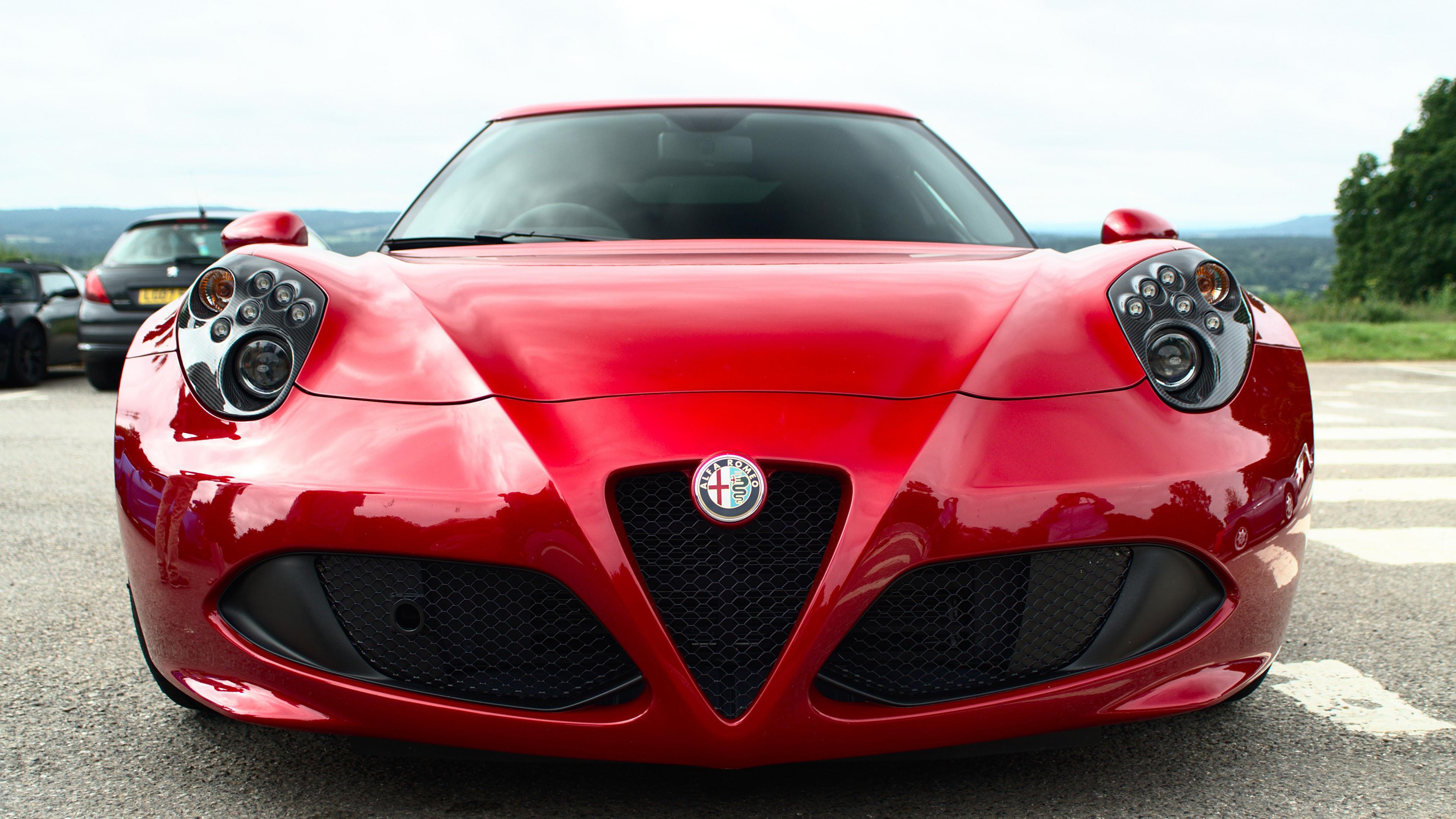 Автомобиль ярко-красный