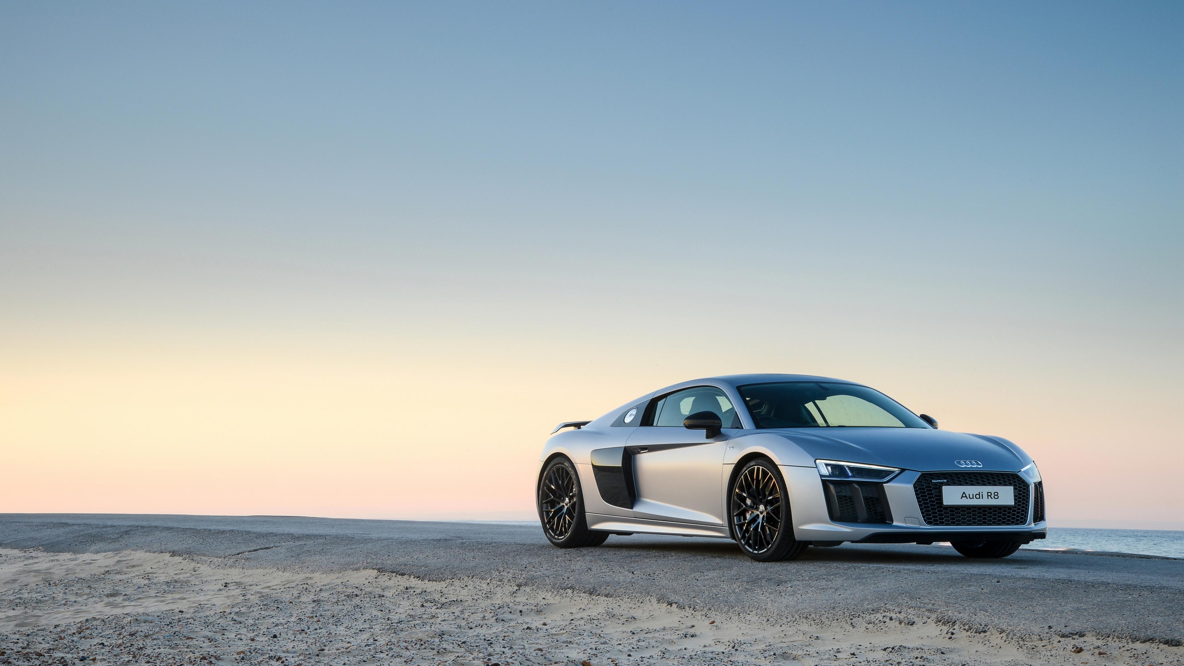 Серый спортивный автомобиль
