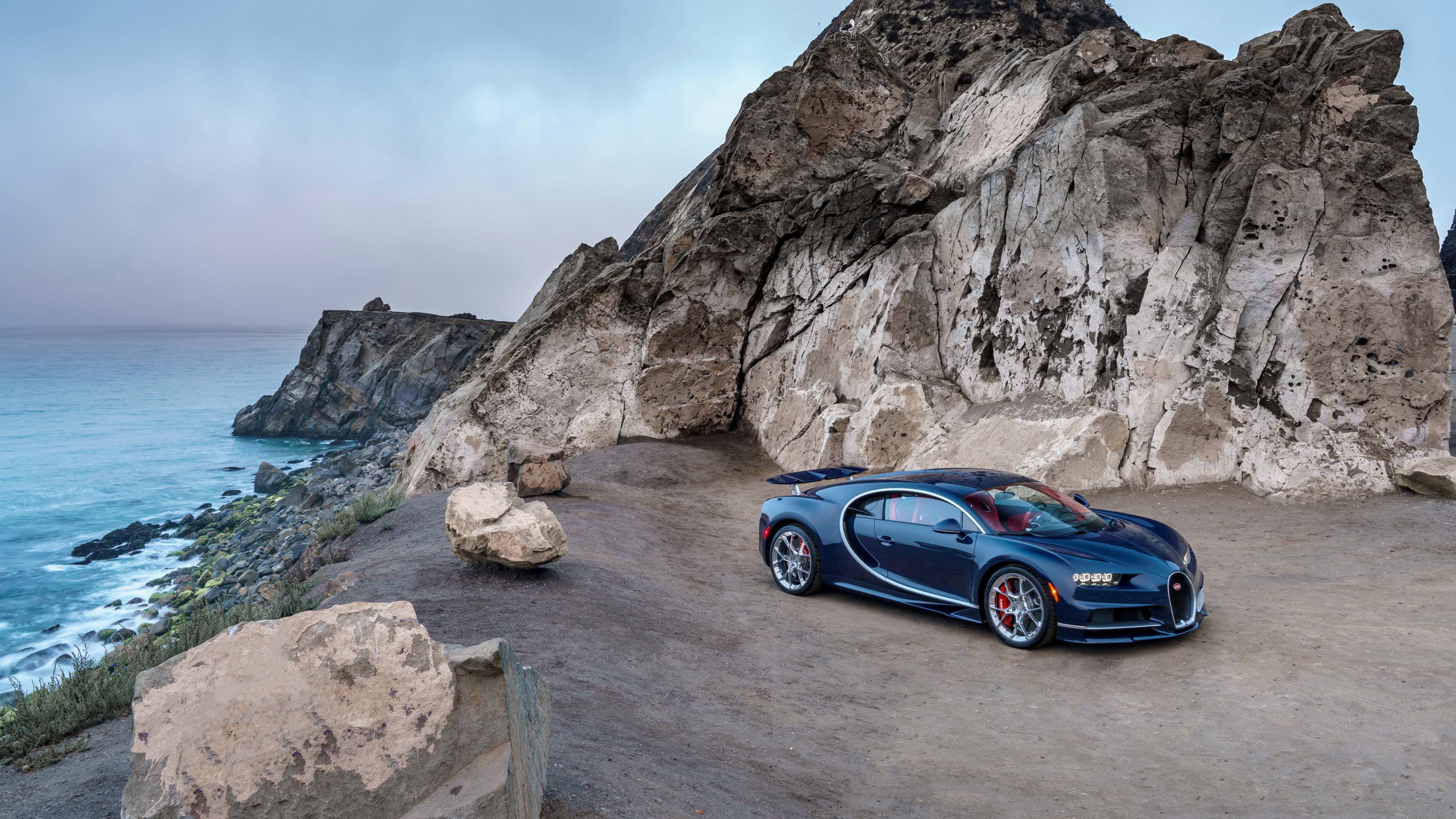 Темно-синий спортивный автомобиль