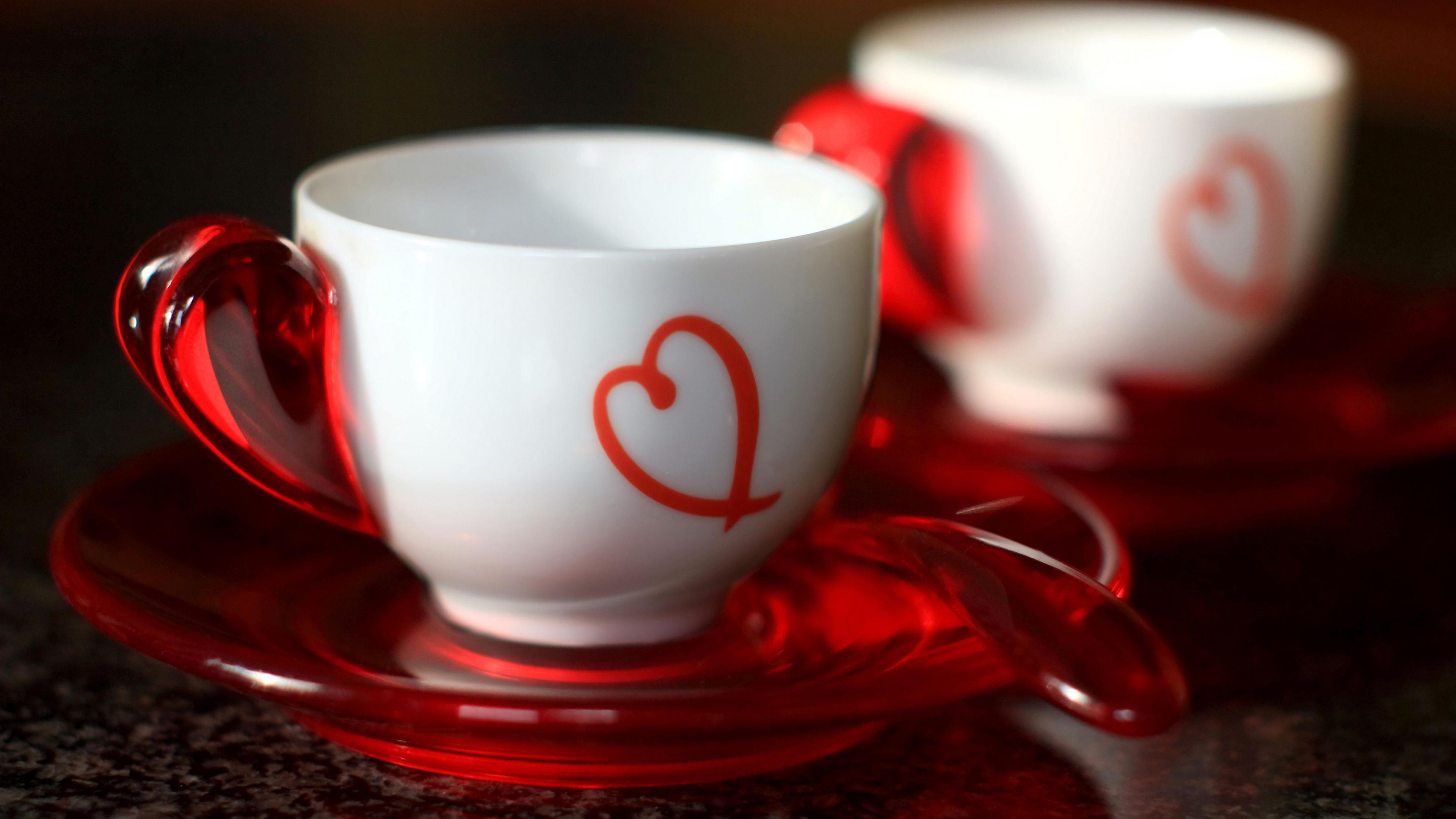 Белые чашки с сердечками