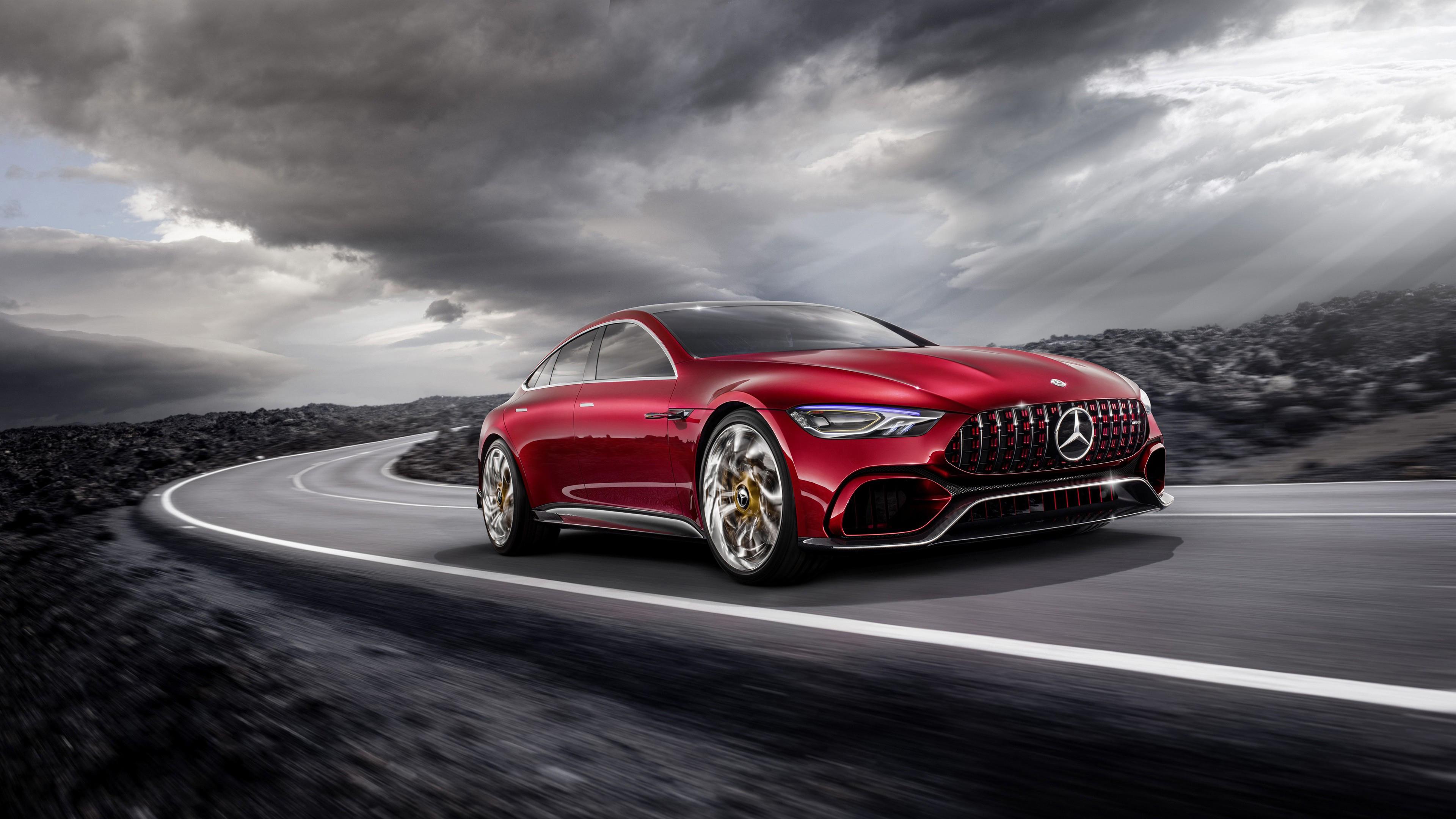 Ярко-красный блестящий автомобиль