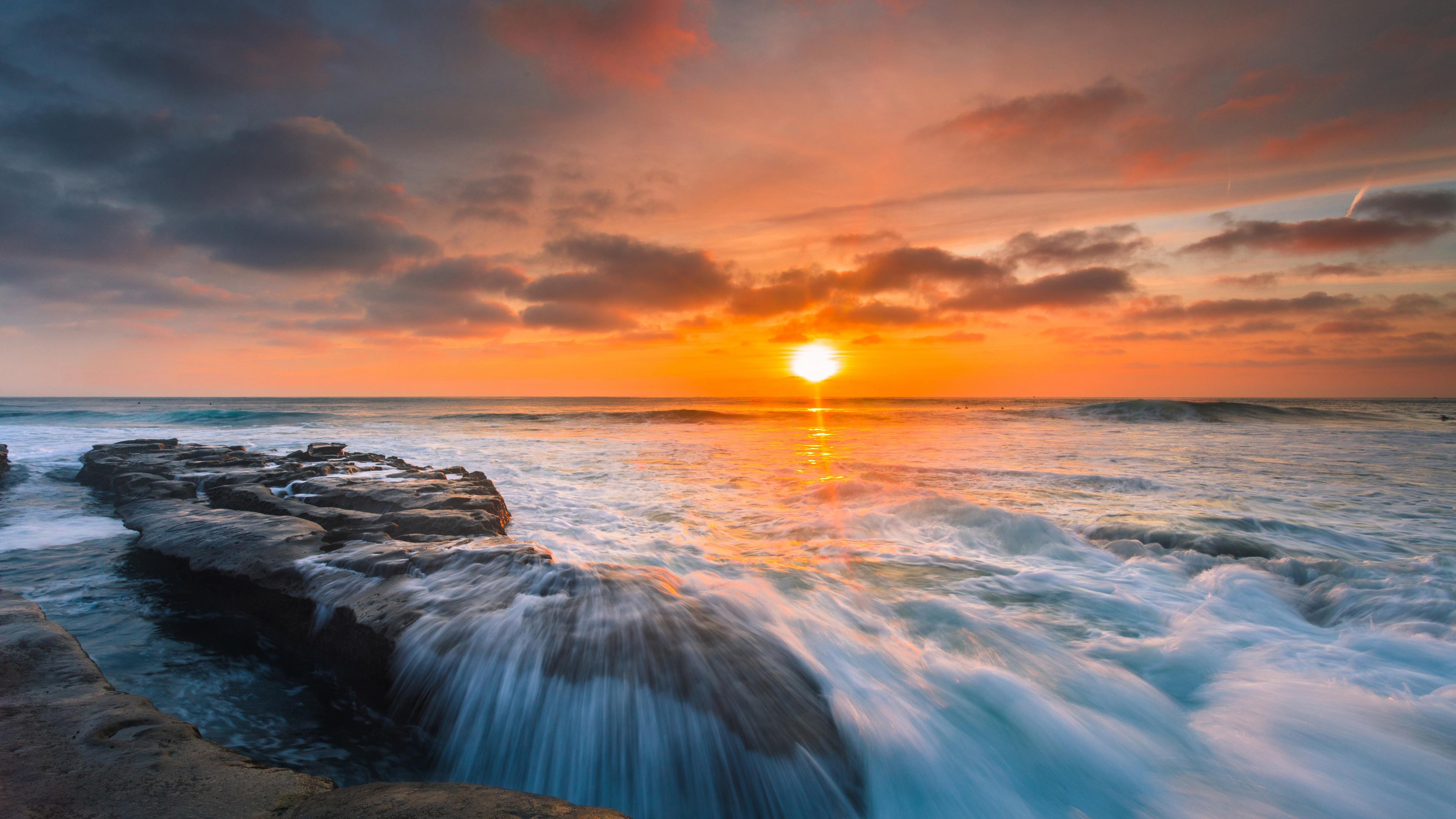 Оранжево-золотой закат солнца