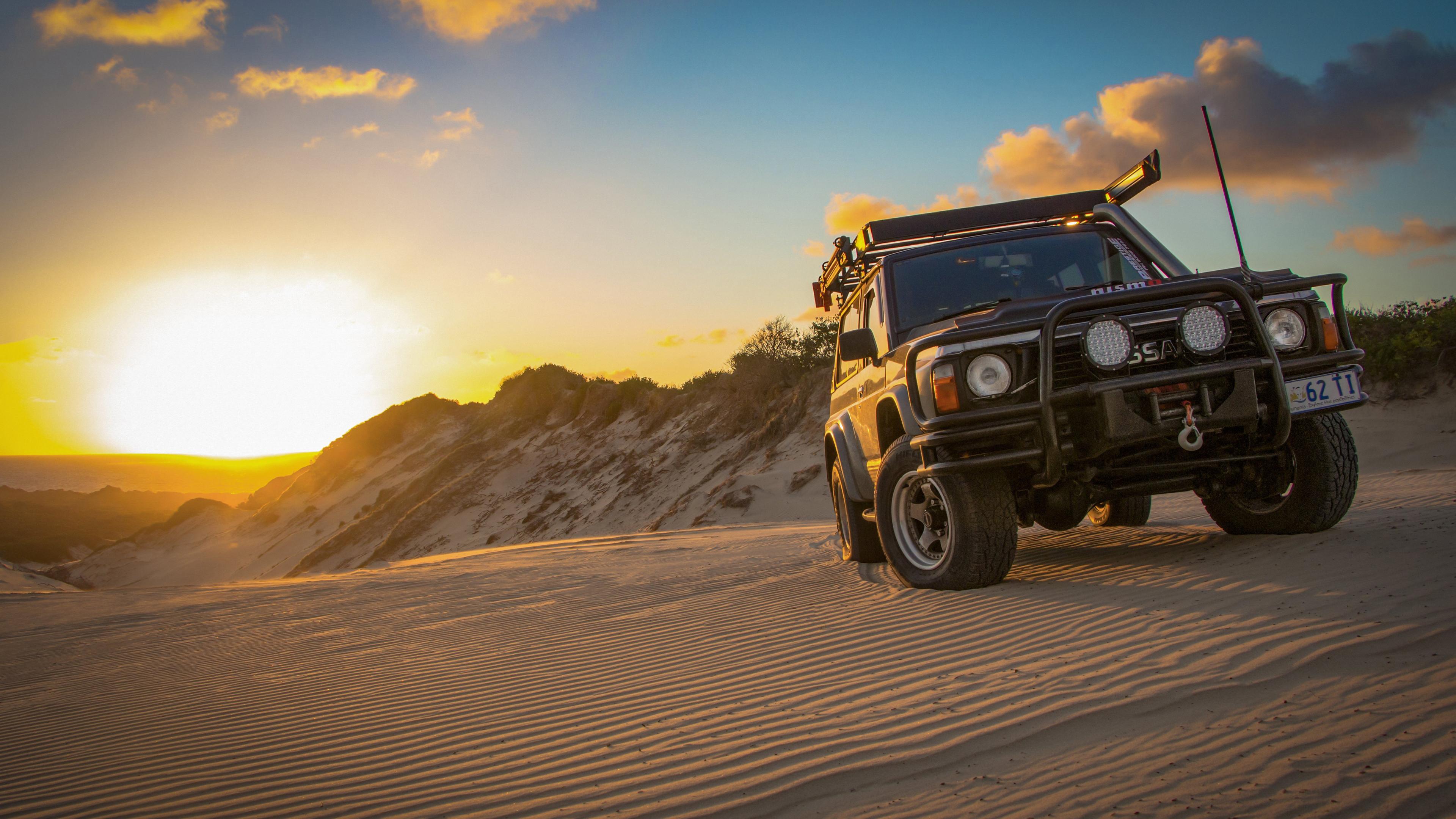Джип в пустыне