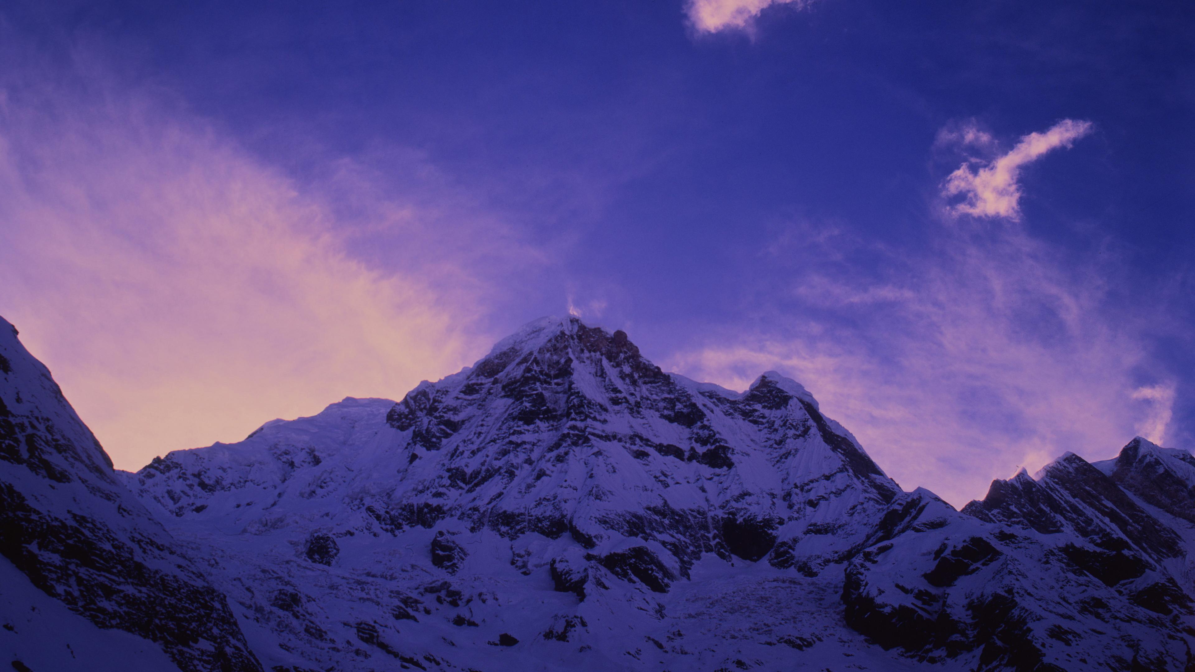 Снежные вершины в лучах заката