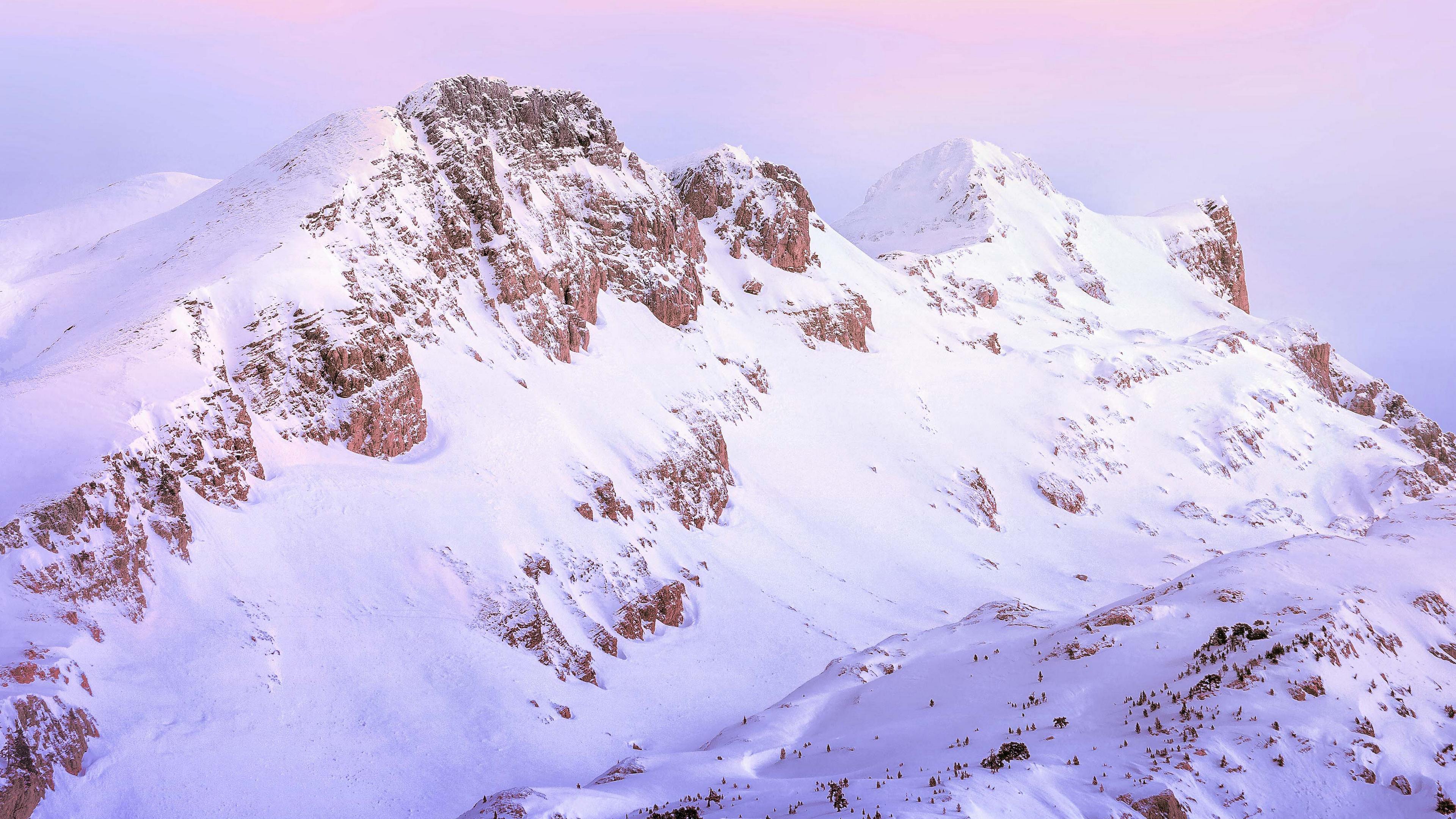 Снежные горные вершины в лучах заката