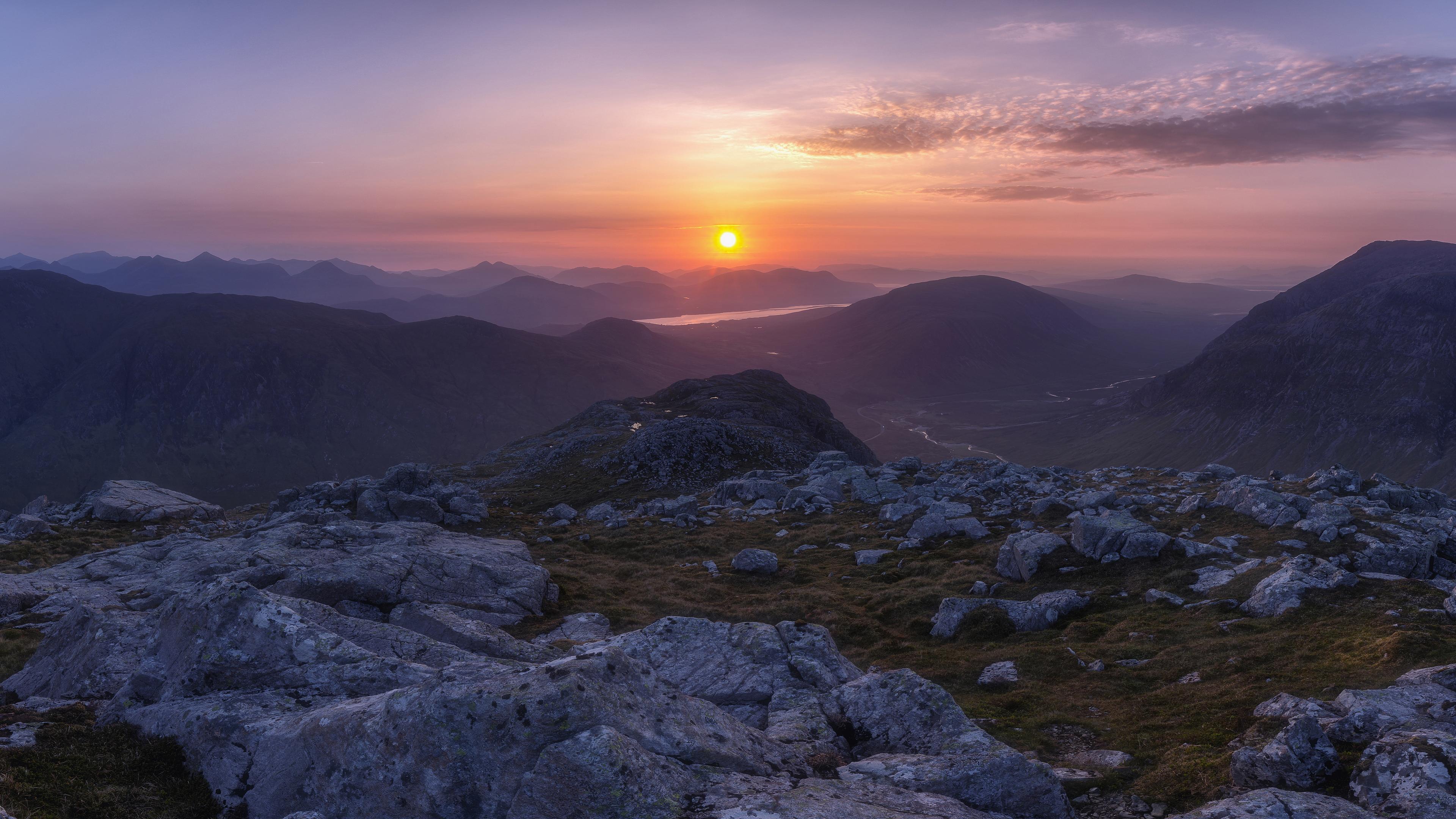 Розовый закат солнца в горах