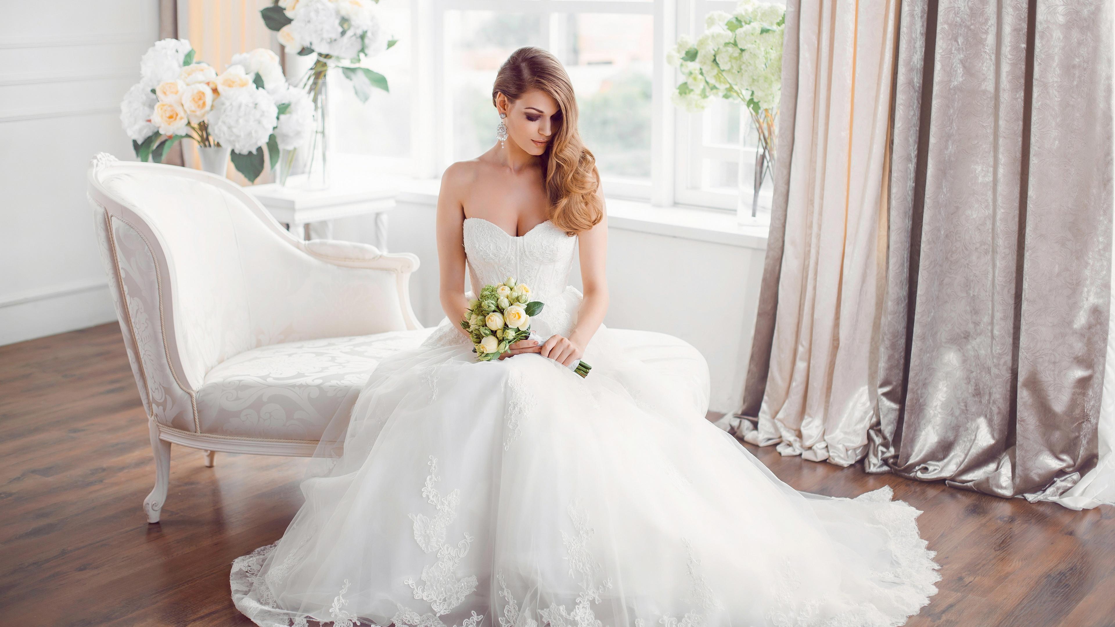Невеста в белоснежном платье с букетом роз