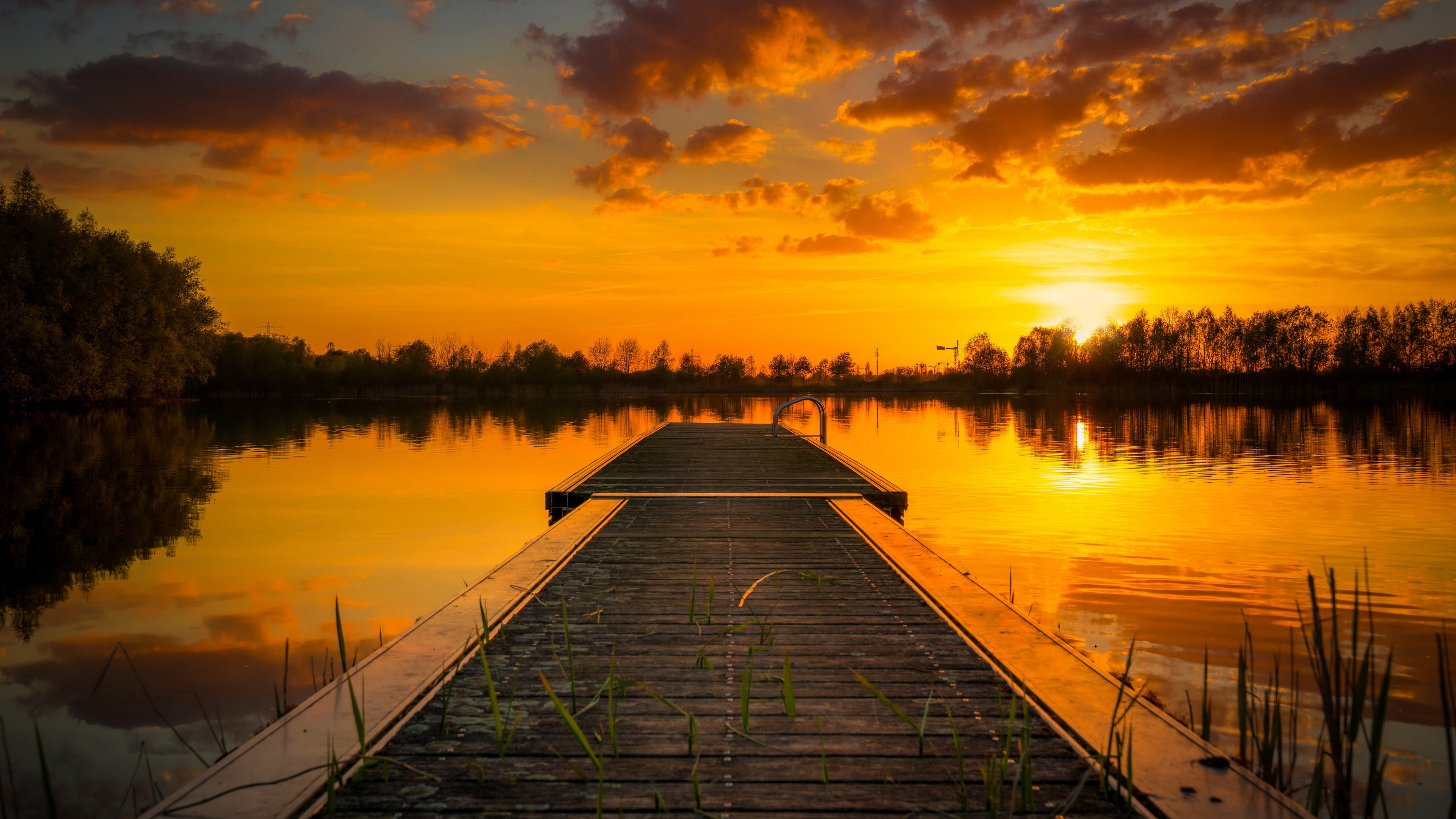 Багряно-желтый закат солнца