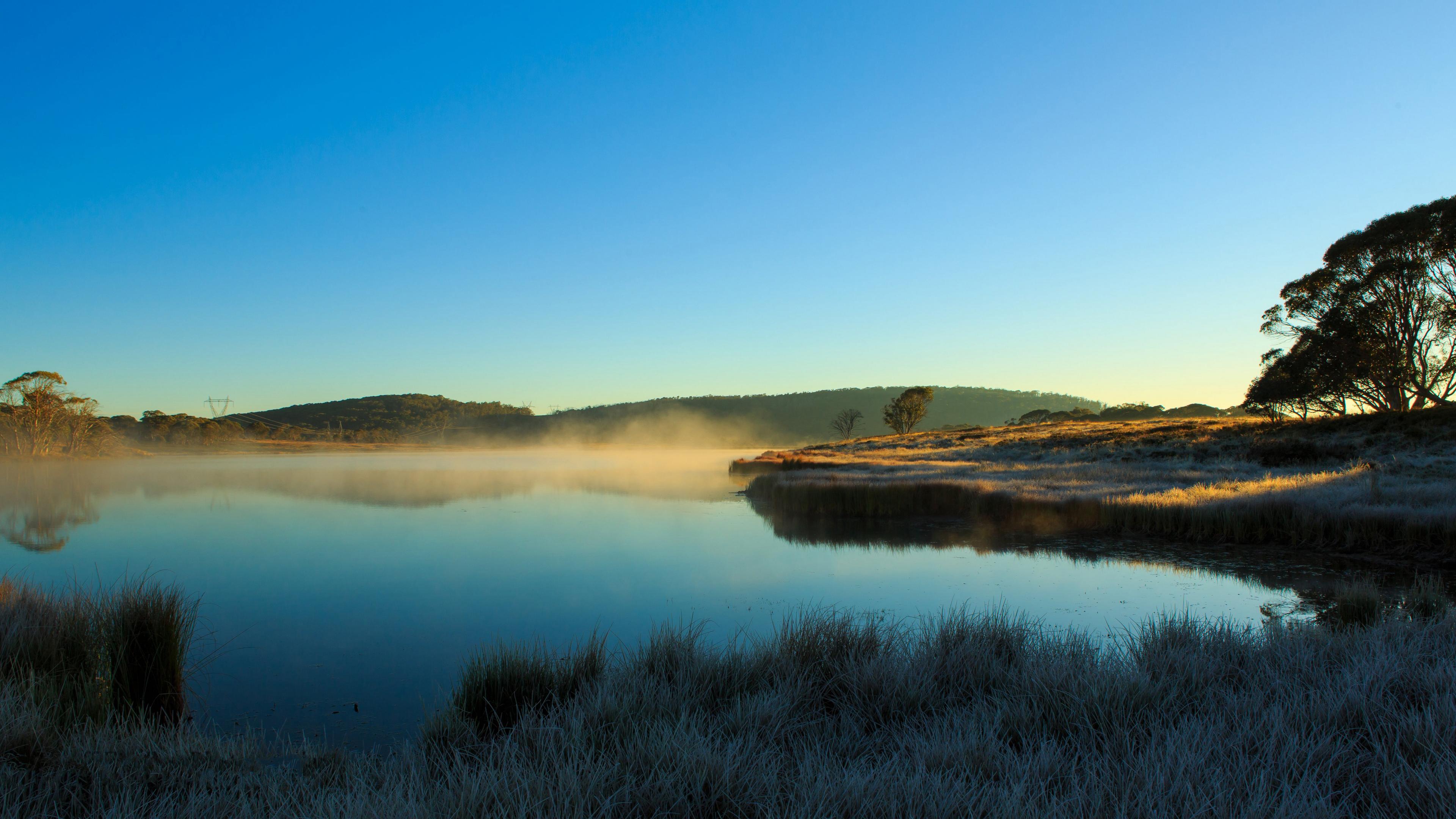 Предрассветный туман на берегу реки