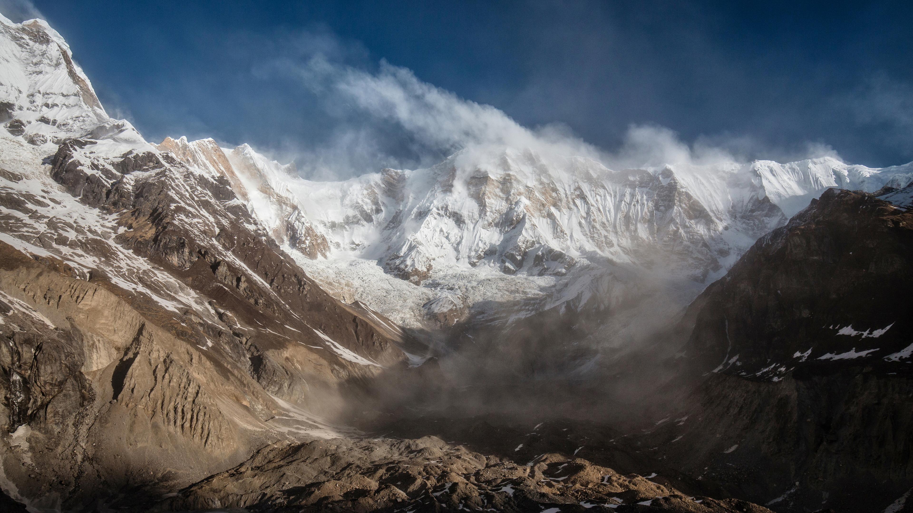 Снежные вершины в облаках