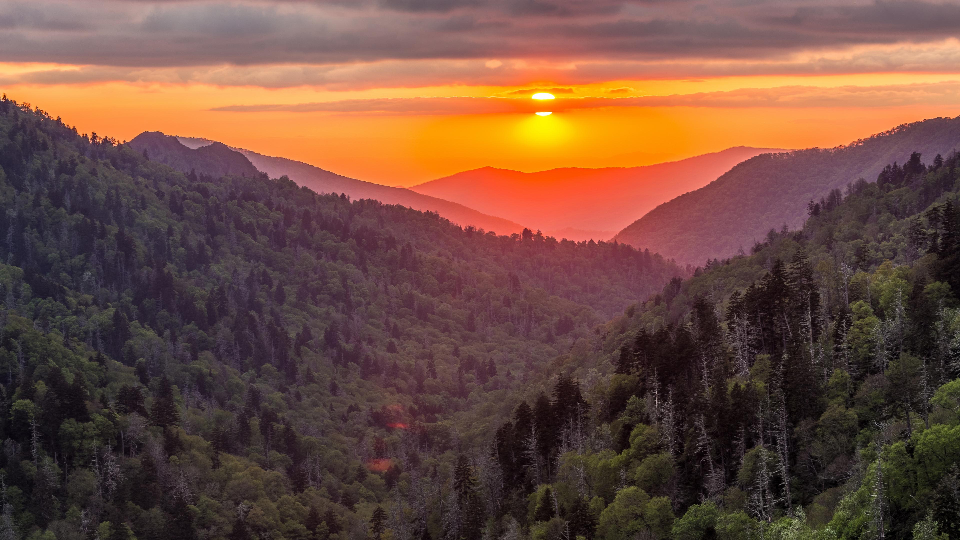 Оранжево-красный закат в горах