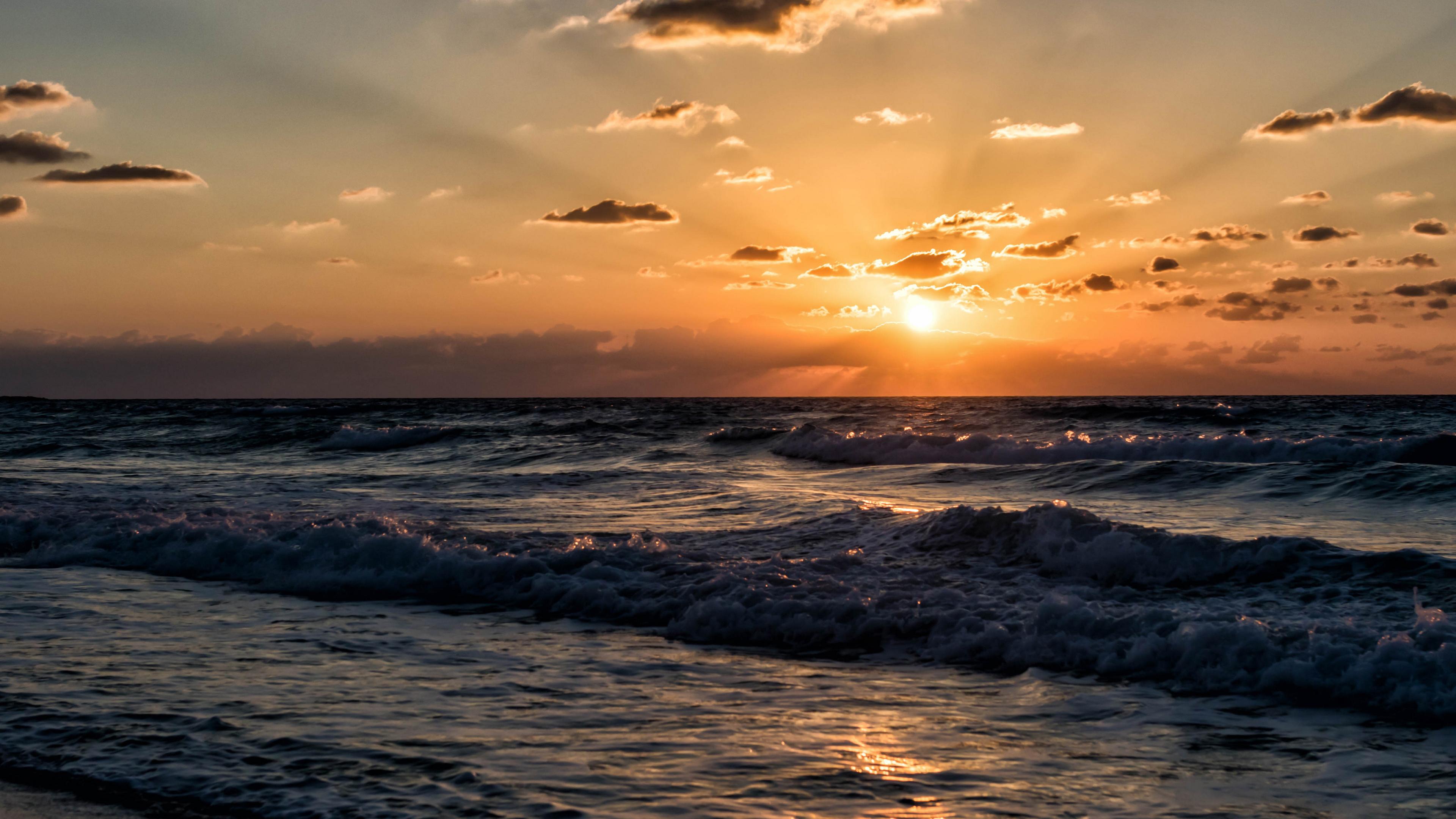Закат солнца и шторм на море