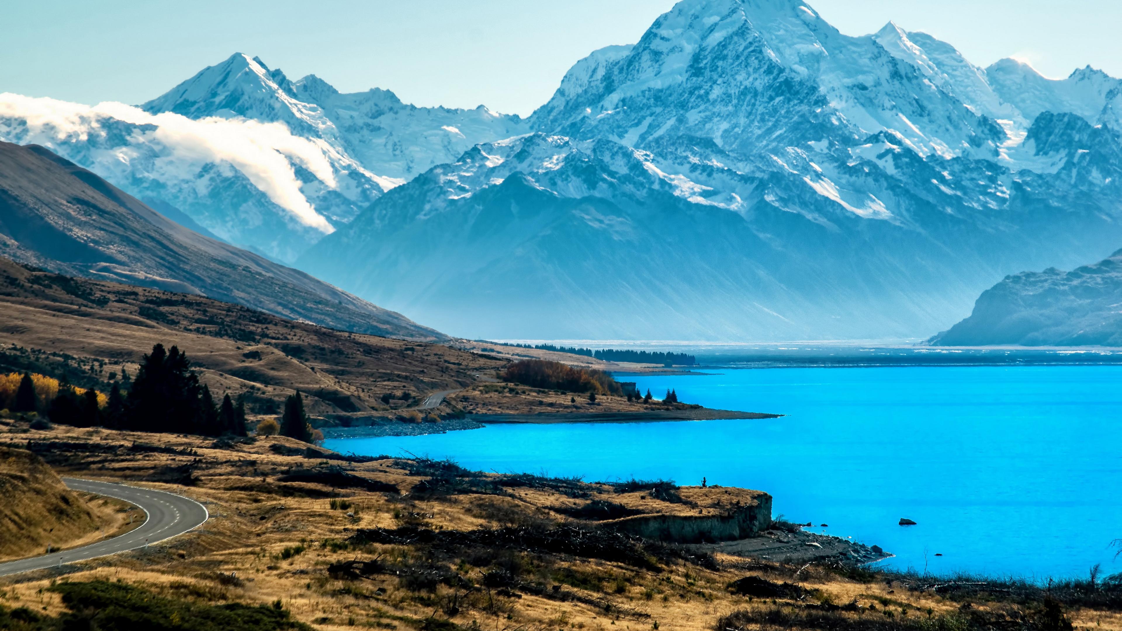 Ледниковое озеро у подножия снежных гор и холмов