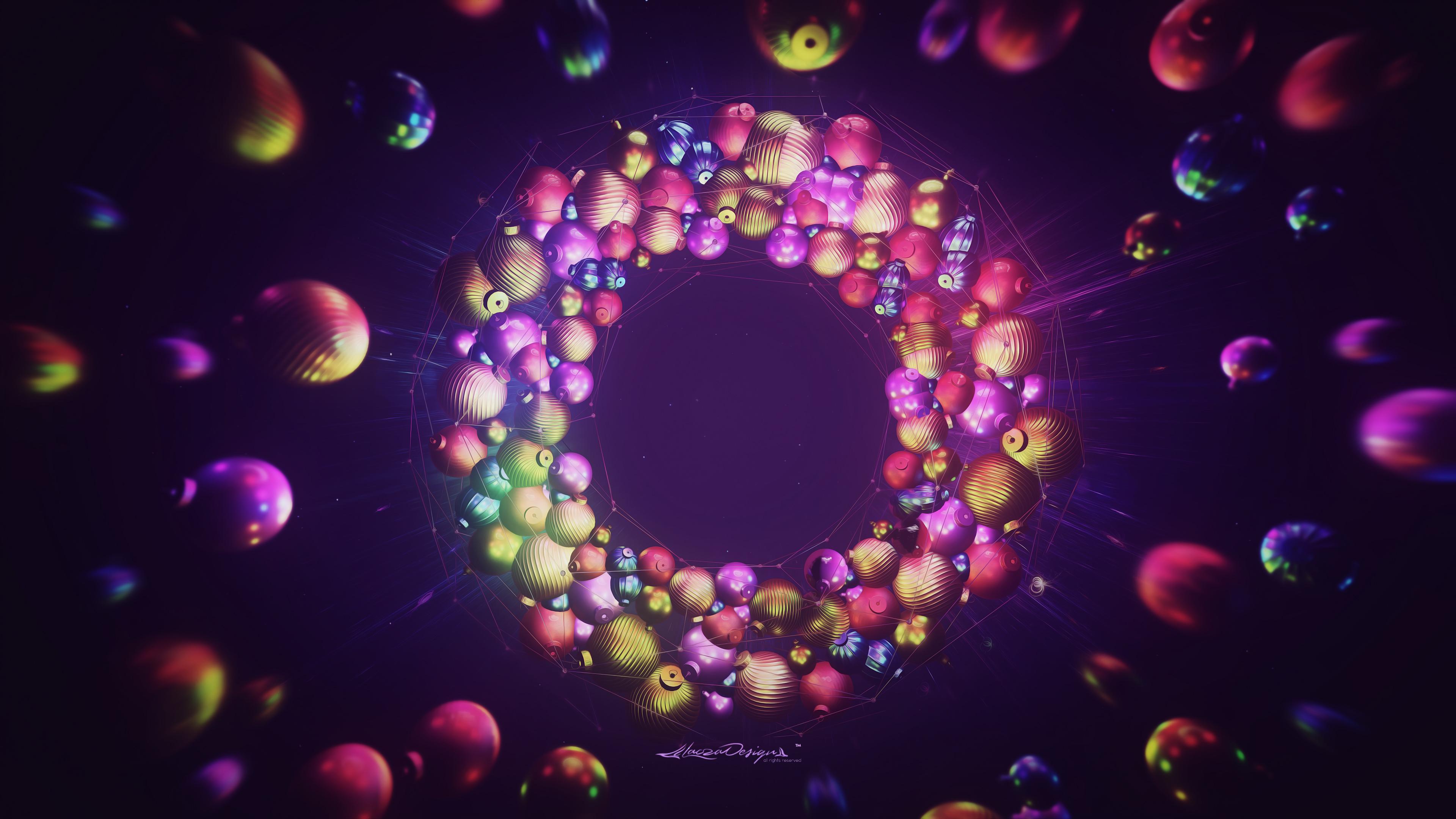 Новогодняя гирлянда из разноцветных елочных игрушек