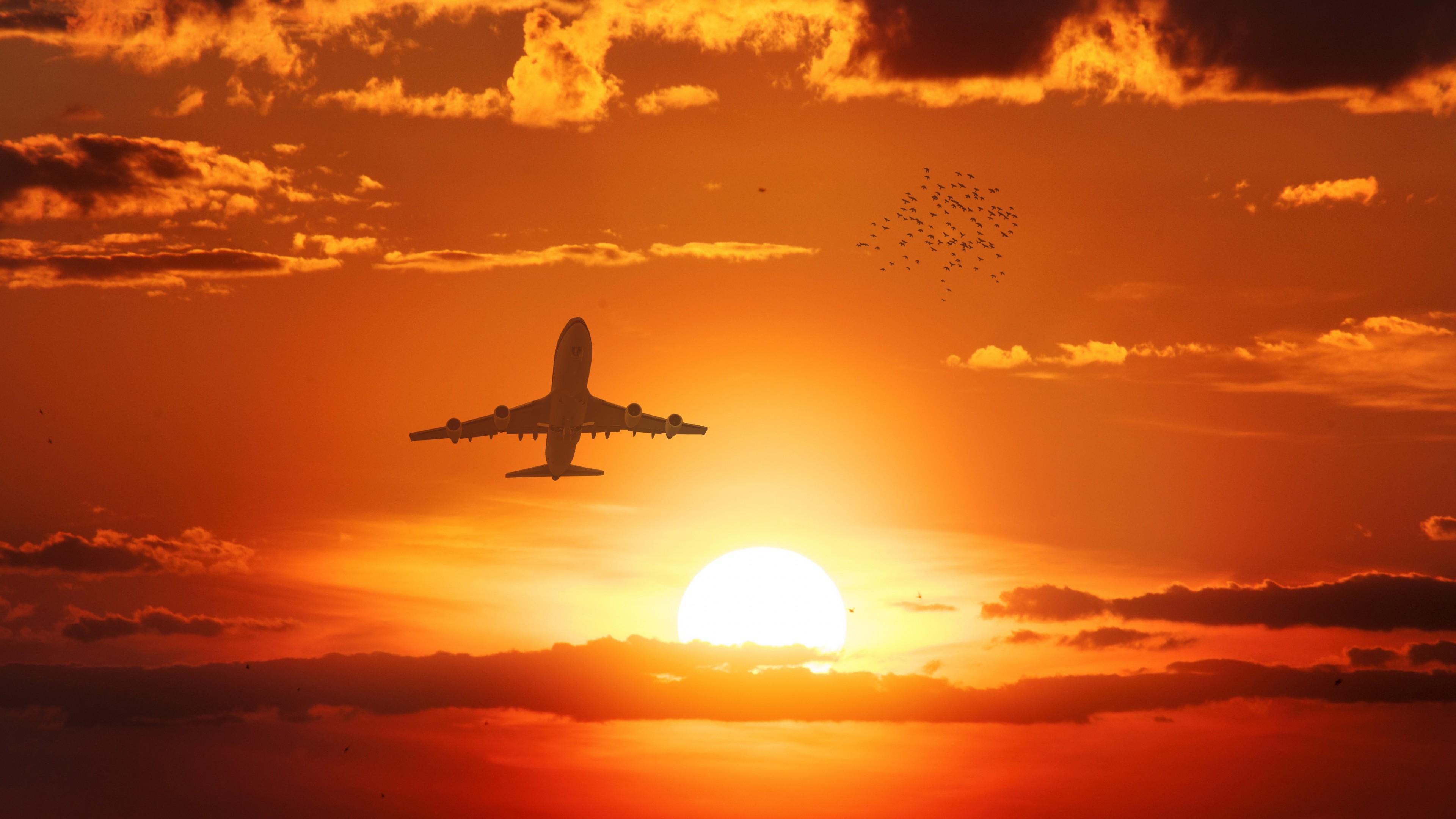 Самолет в лучах солнца над облаками
