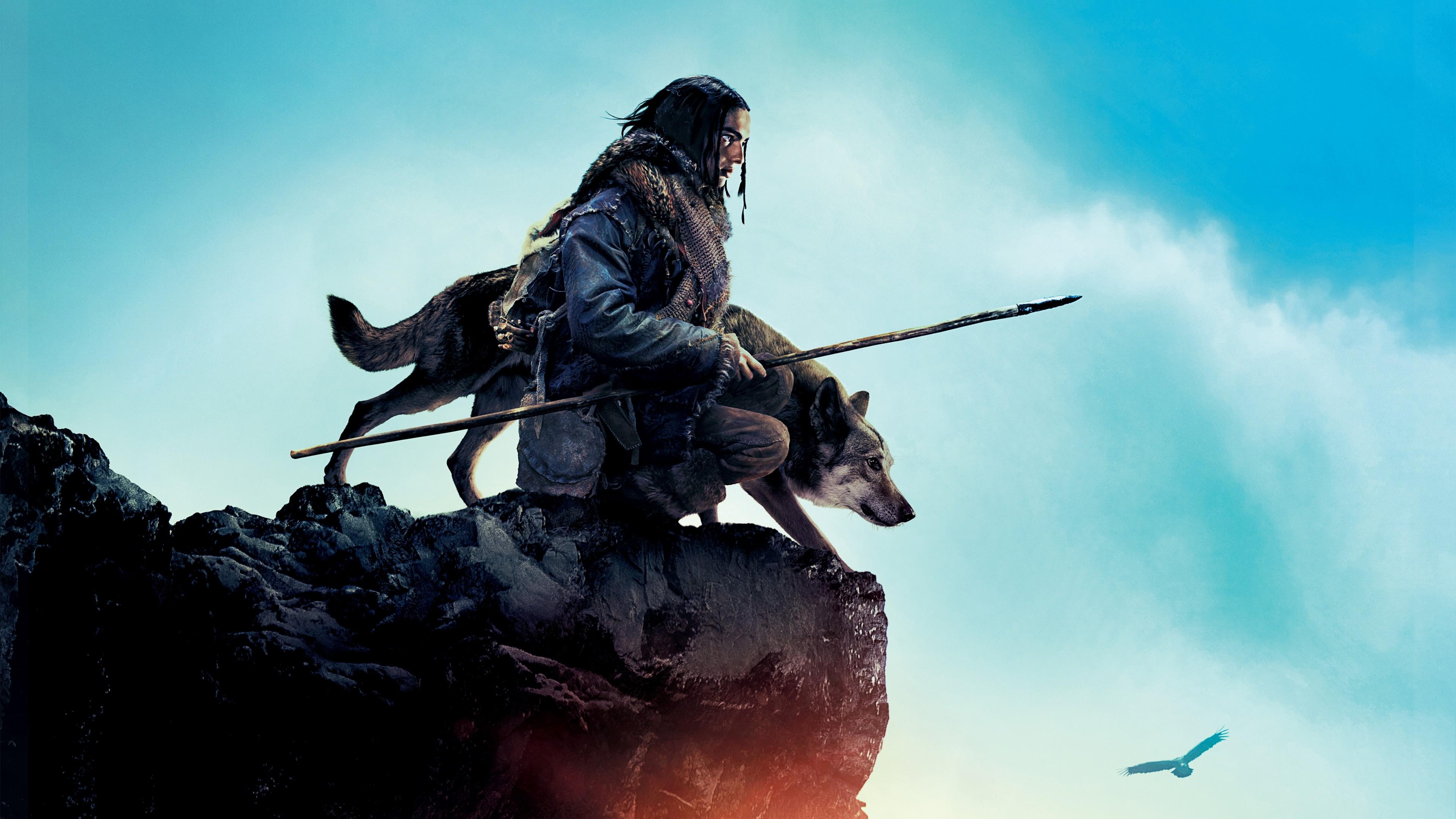 Охотник с собакой на вершине скалистого обрыва