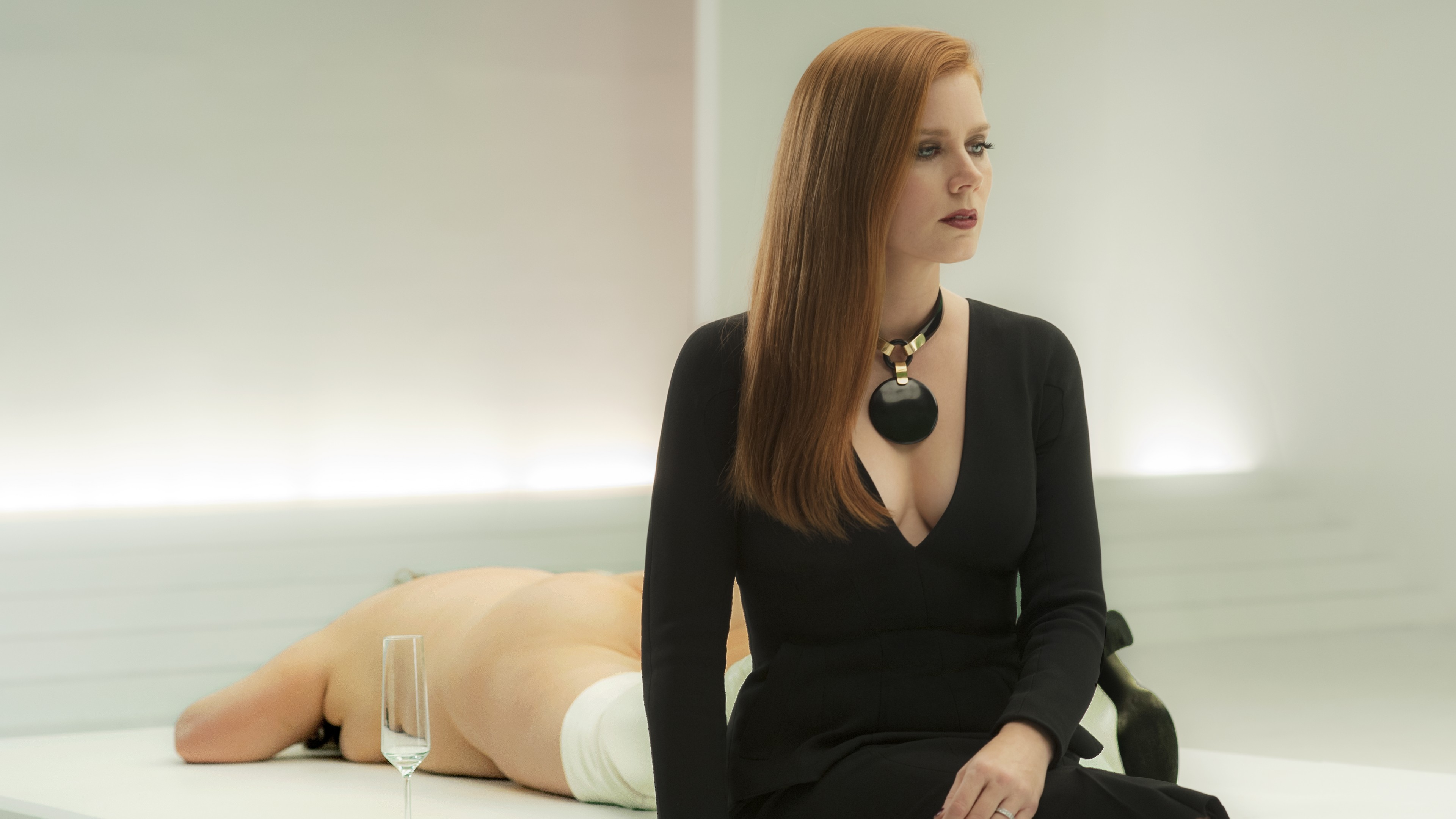 Элегантная дама в черном платье