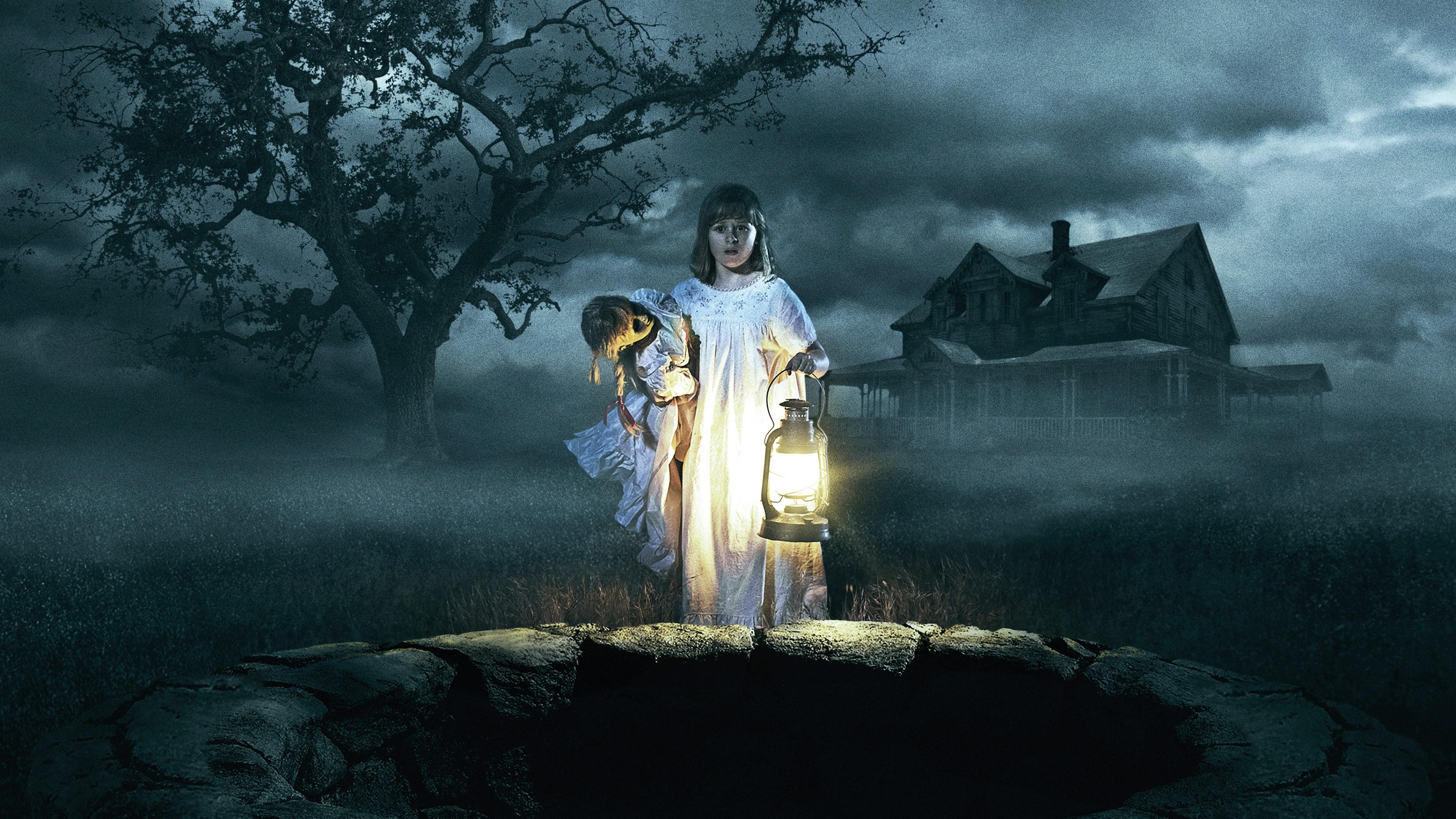 Молодая женщина с ребенком и фонарем у колодца ночью