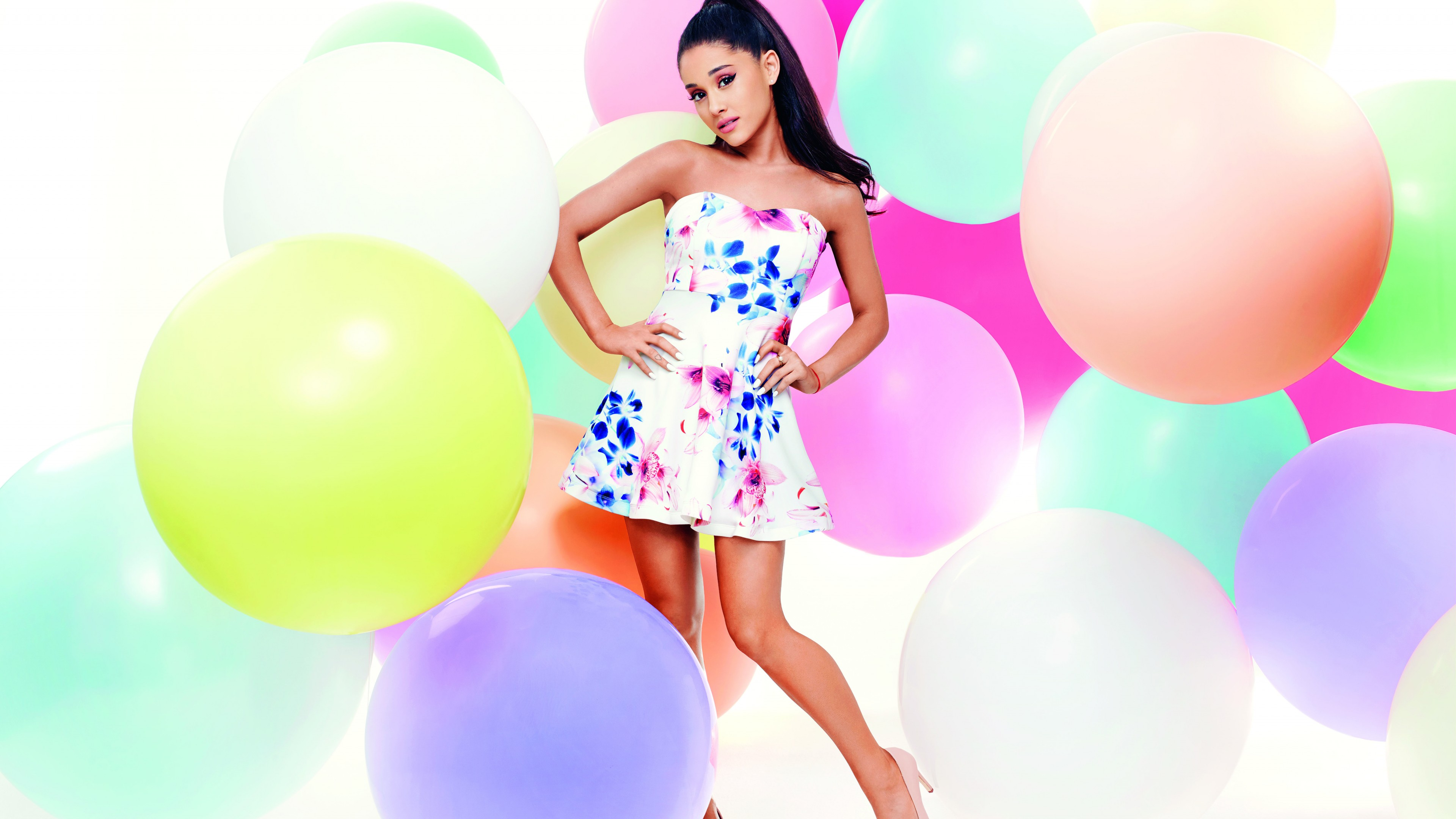 Девушка на фоне разноцветных шаров