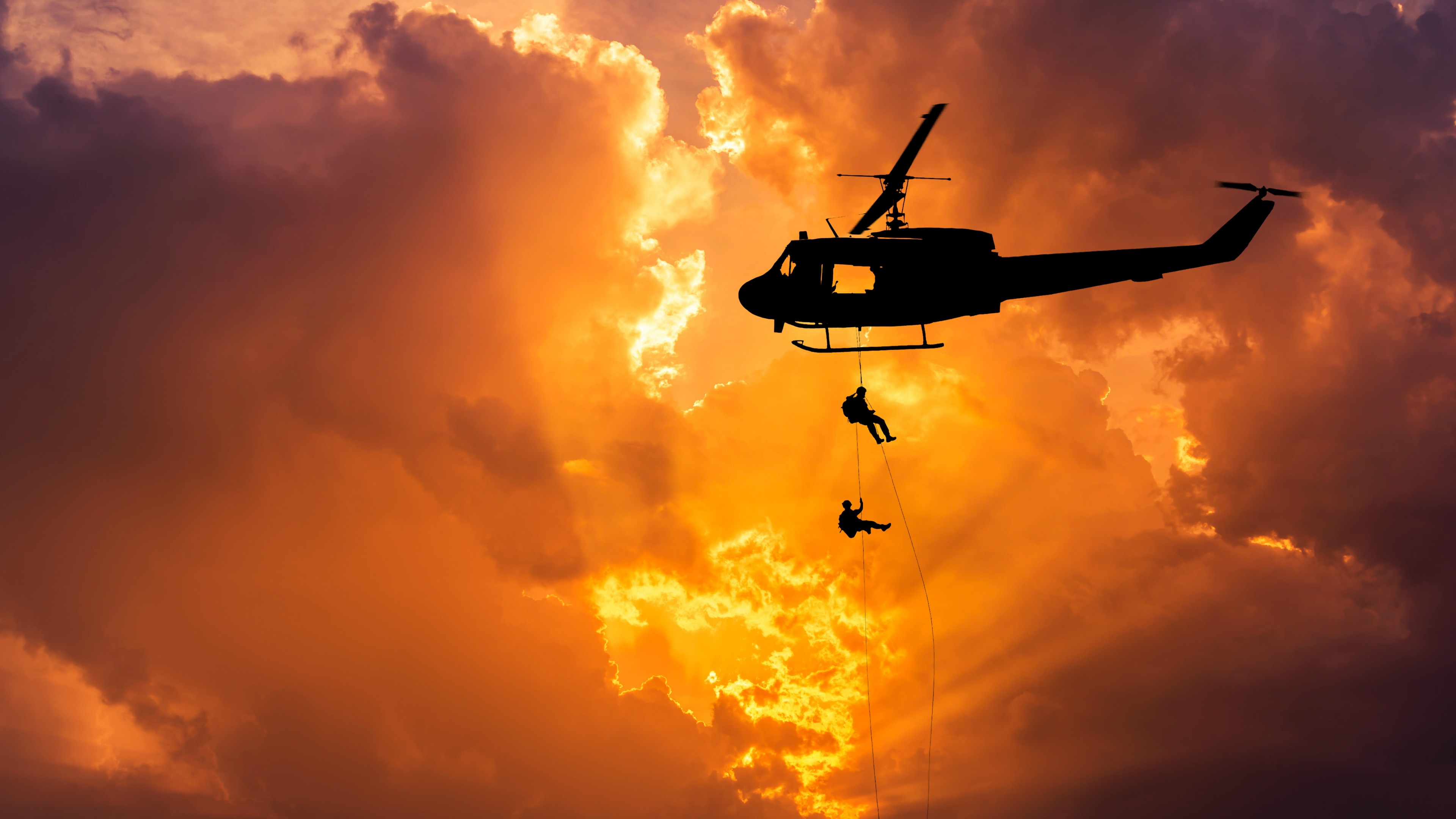 Вертолет в золотых солнечных облаках