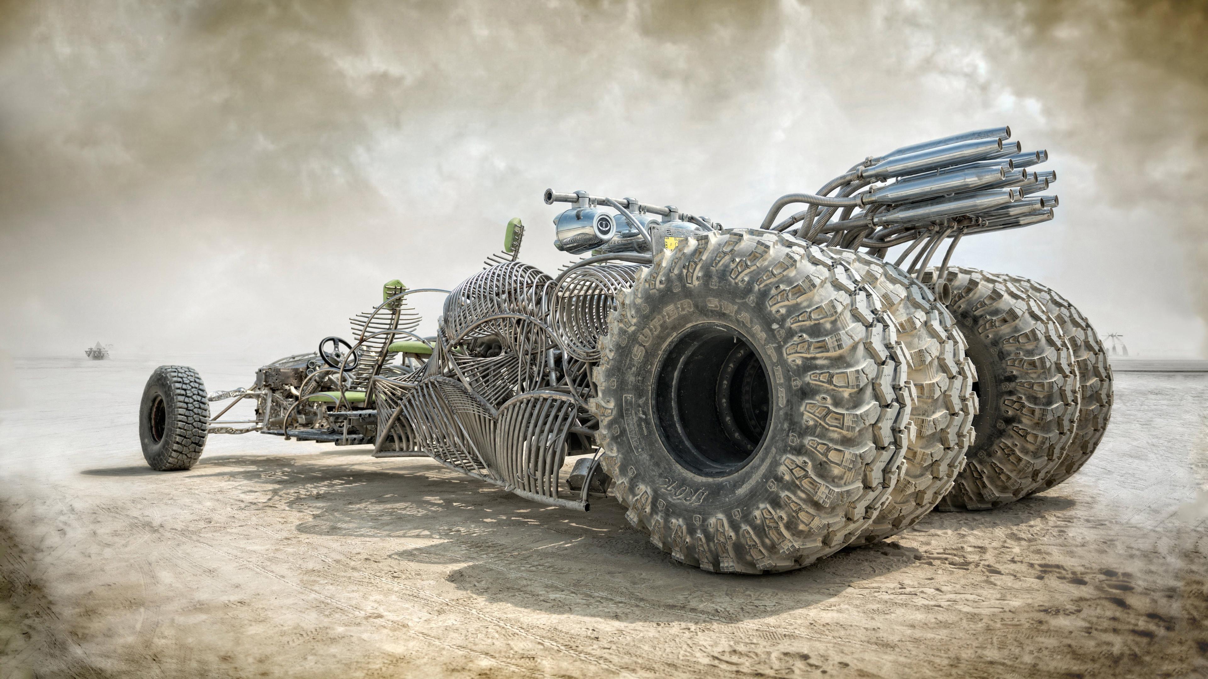 Гоночная машина в пустыне