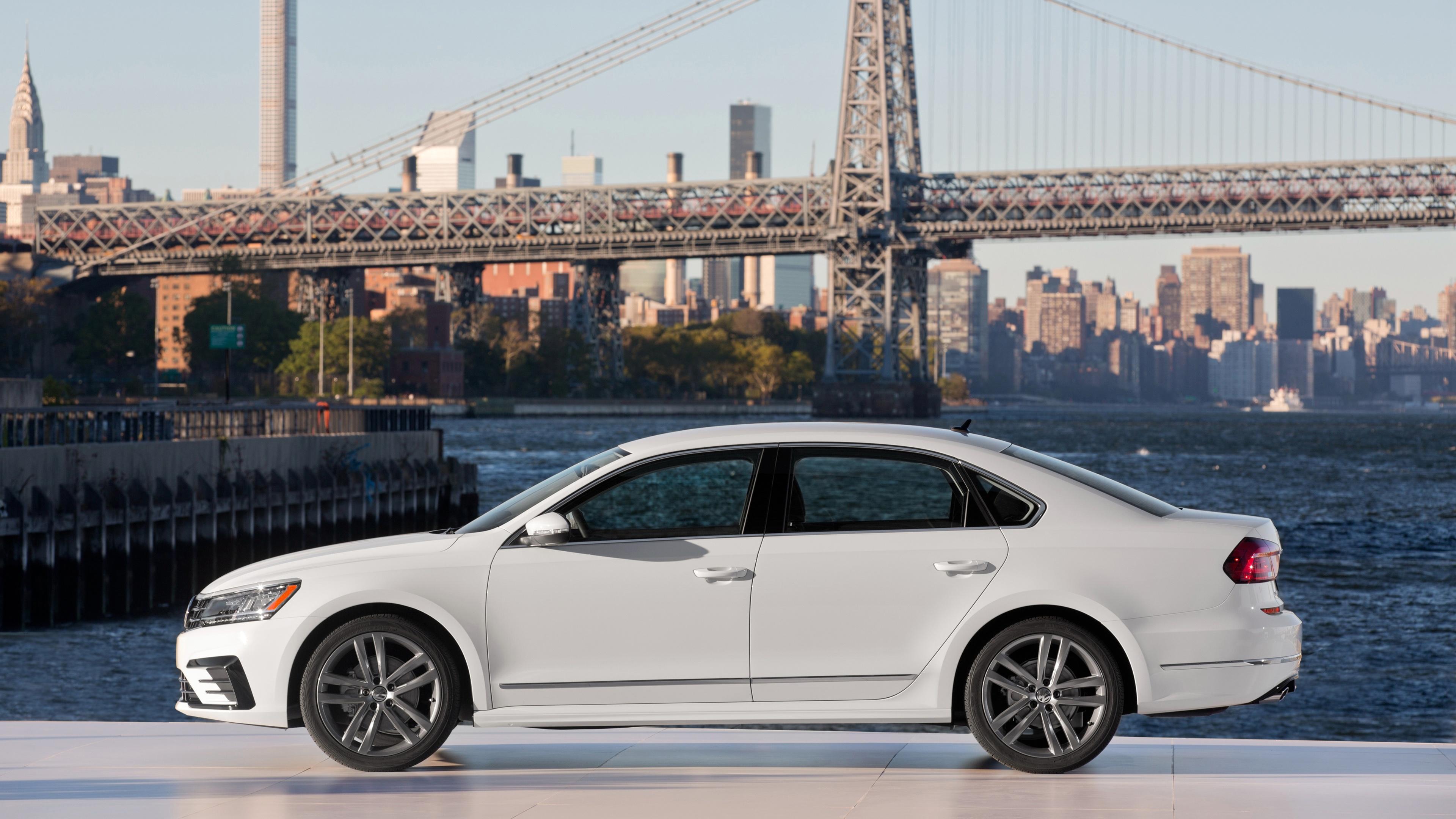 Элегантный,энергичный белый автомобиль на фоне моря и моста