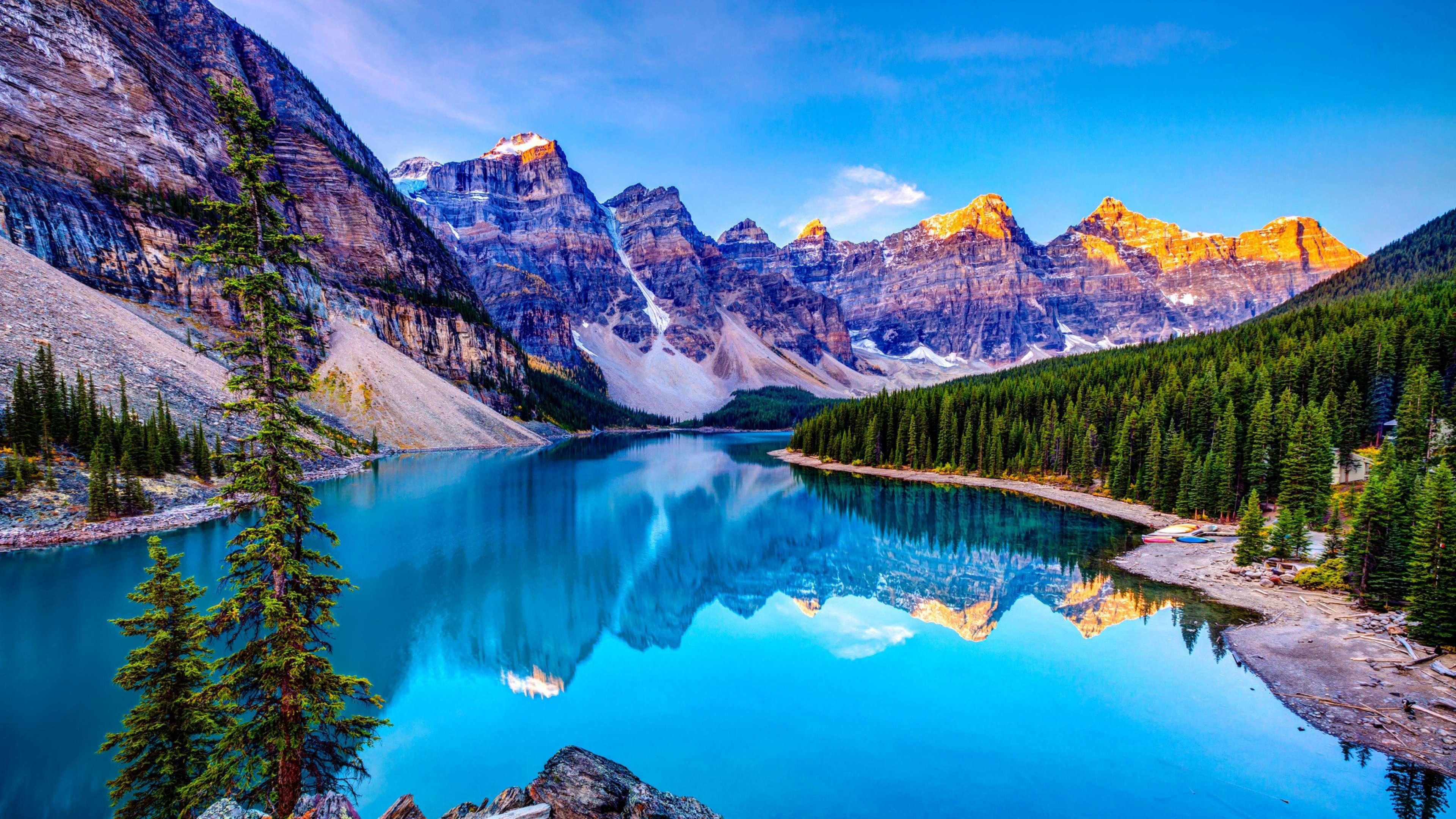 Голубое озеро среди горных вершин и зеленых холмов