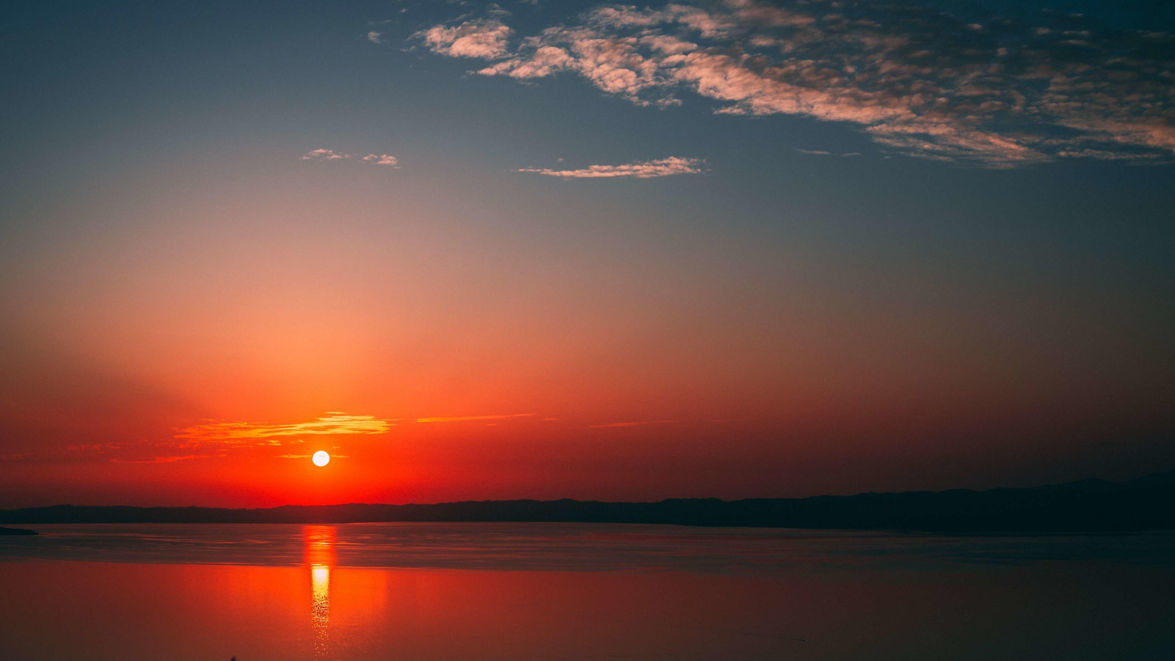 Красивый,красный закат солнца над горизонтом