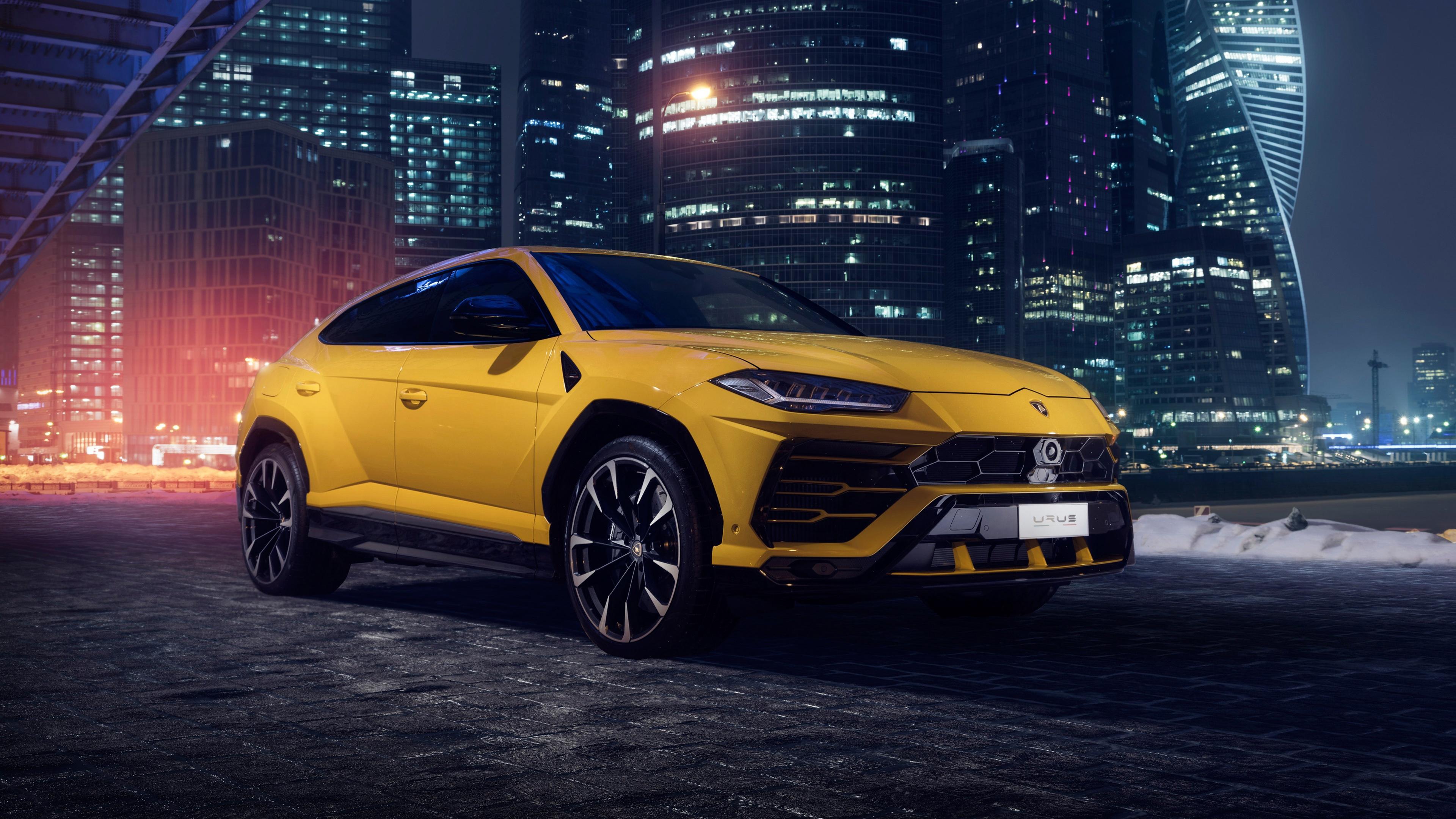 Ярко-желтый спортивный автомобиль в неоновых огнях небоскребов