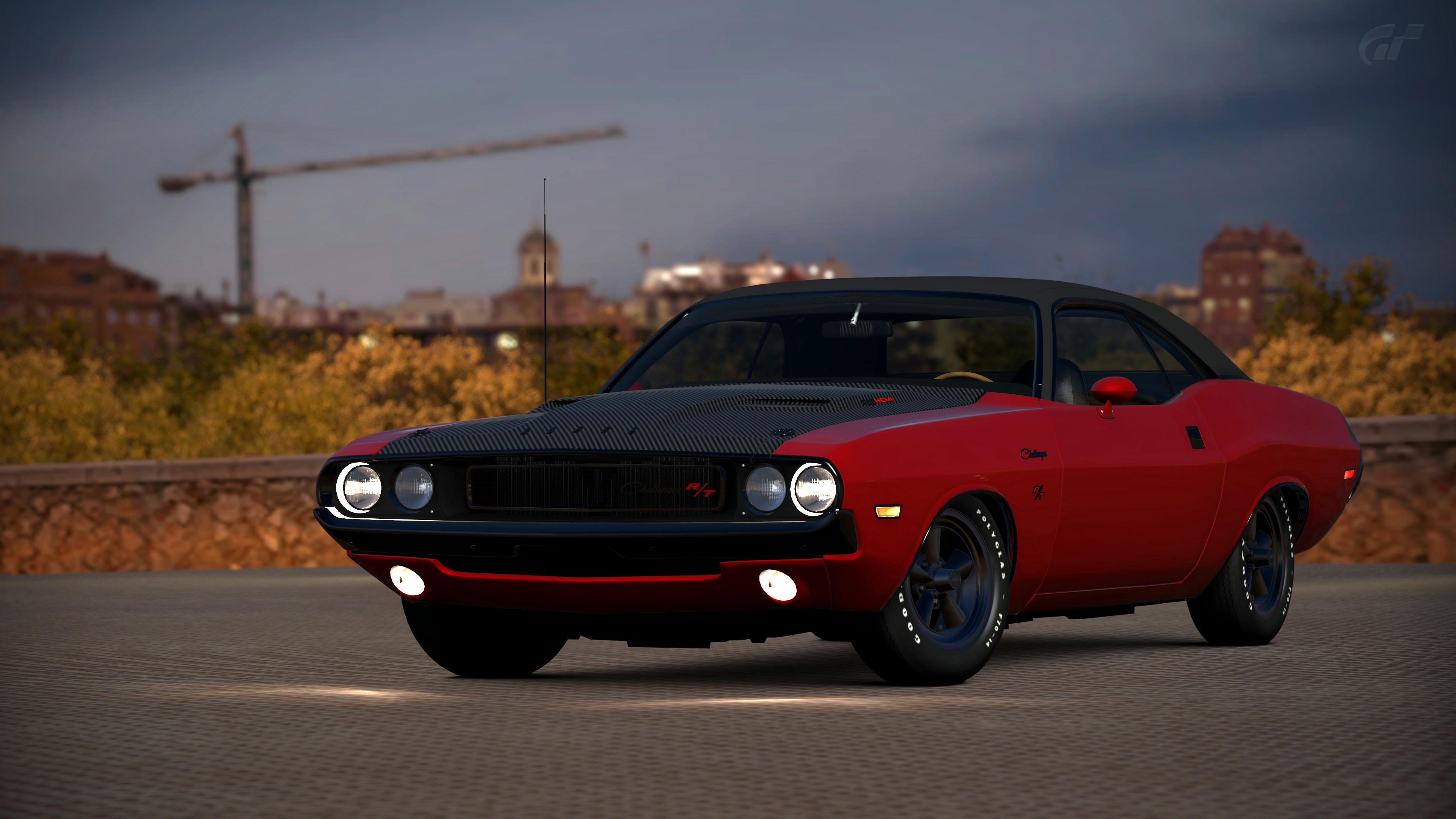 Классический старинный автомобиль красно-черного цвета с включенными фарами вечером
