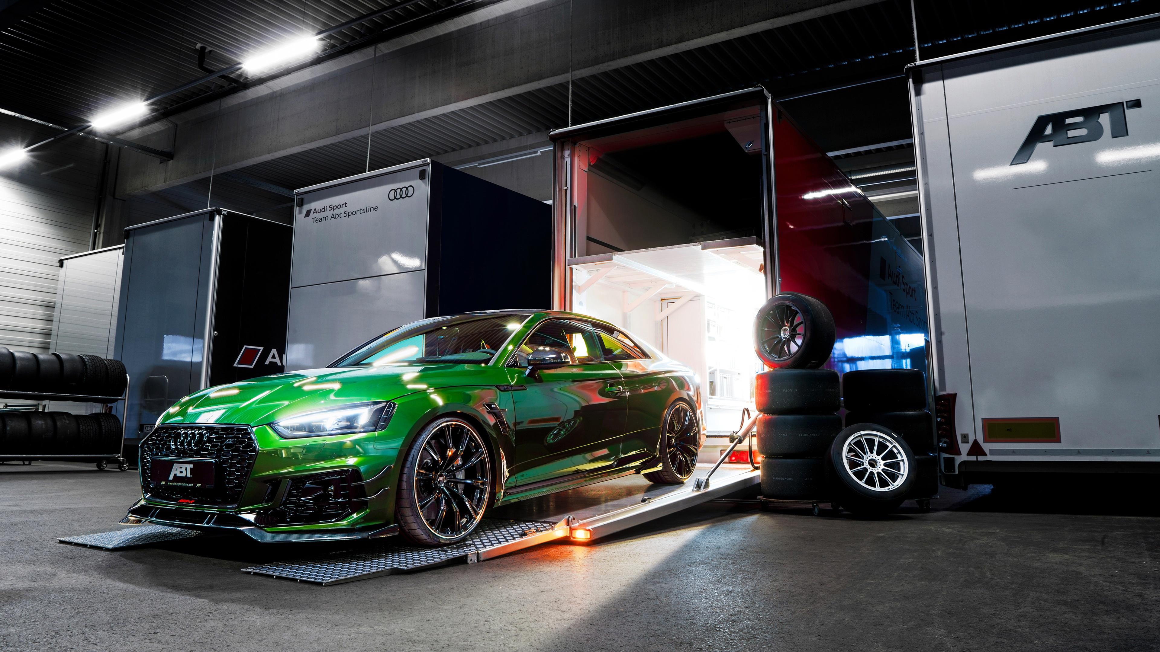 Ярко-зеленый,блестящий автомобиль Ауди из автосалона