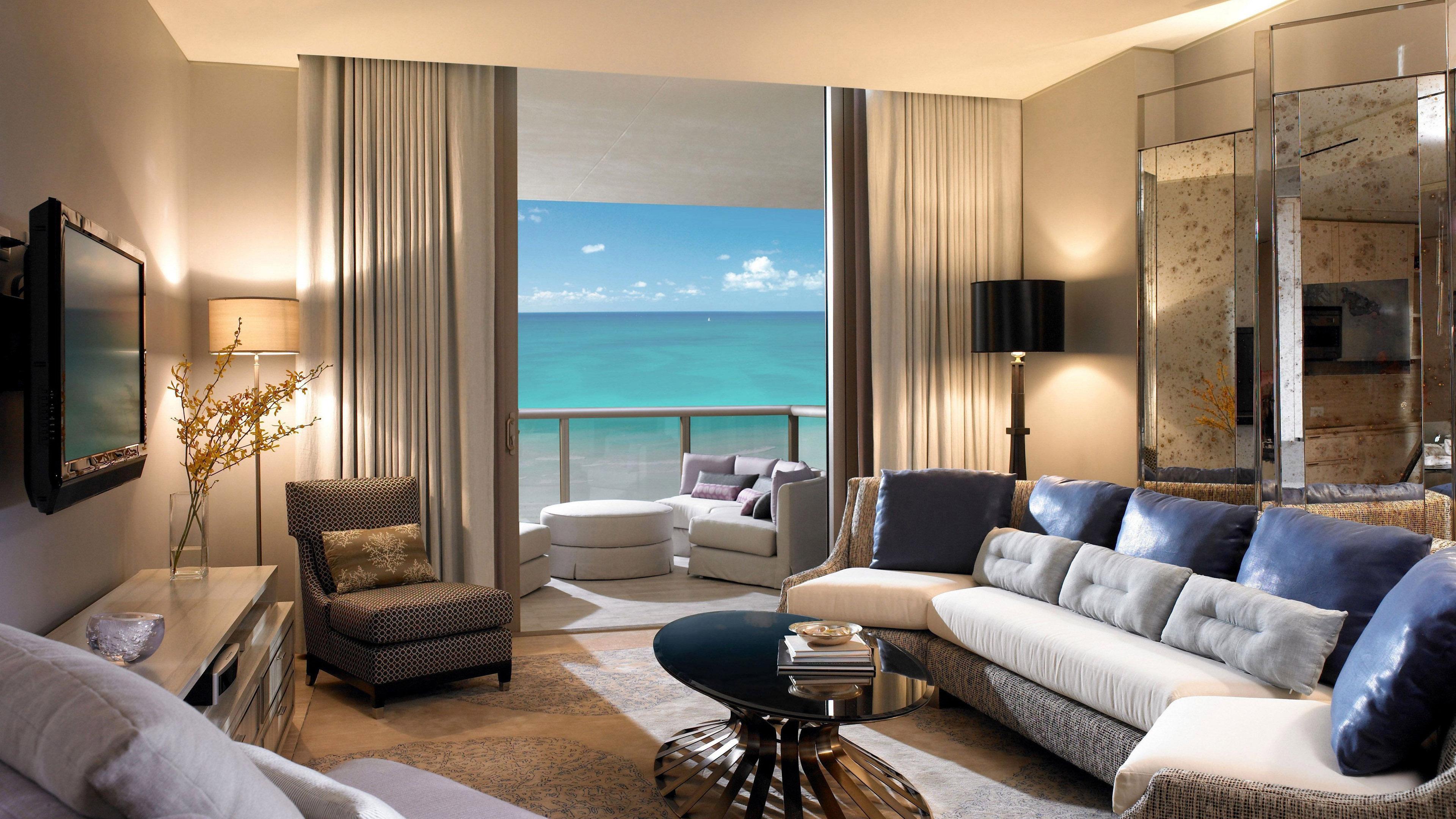Интерьер комнаты отдыха с видом на бирюзовое море и голубое небо
