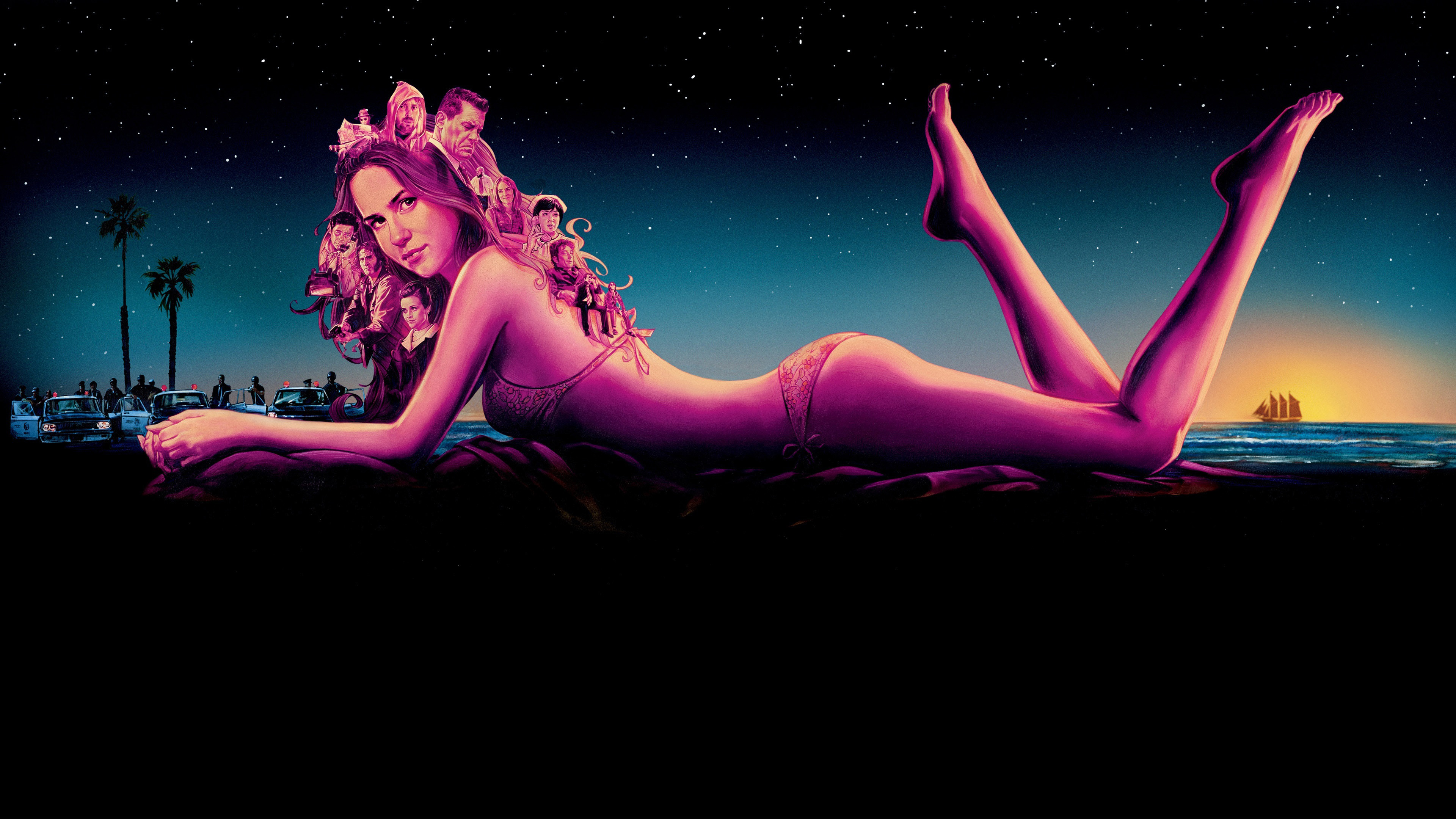 Девушка в купальнике на берегу моря в золотисто-розовых лучах солнца и звездного ночного неба
