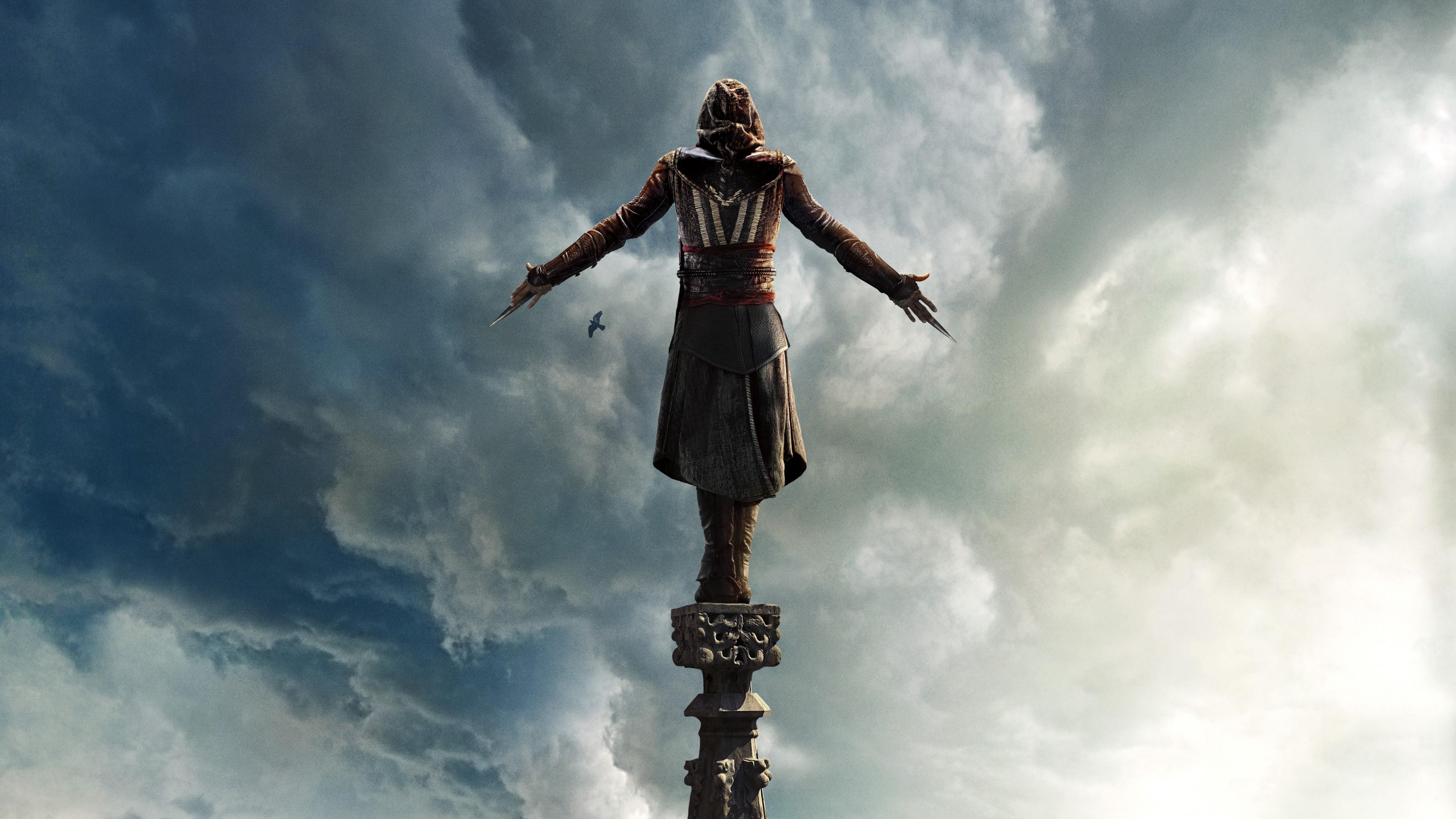 Памятник,высоко парящий в небе,среди кучевых облаков и птиц
